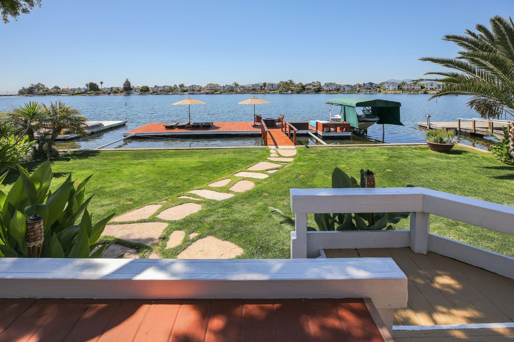 Частный односемейный дом для того Продажа на Gorgeous Single Level Home on the Water 1040 Bel Marin Keys Blvd Novato, Калифорния 94949 Соединенные Штаты