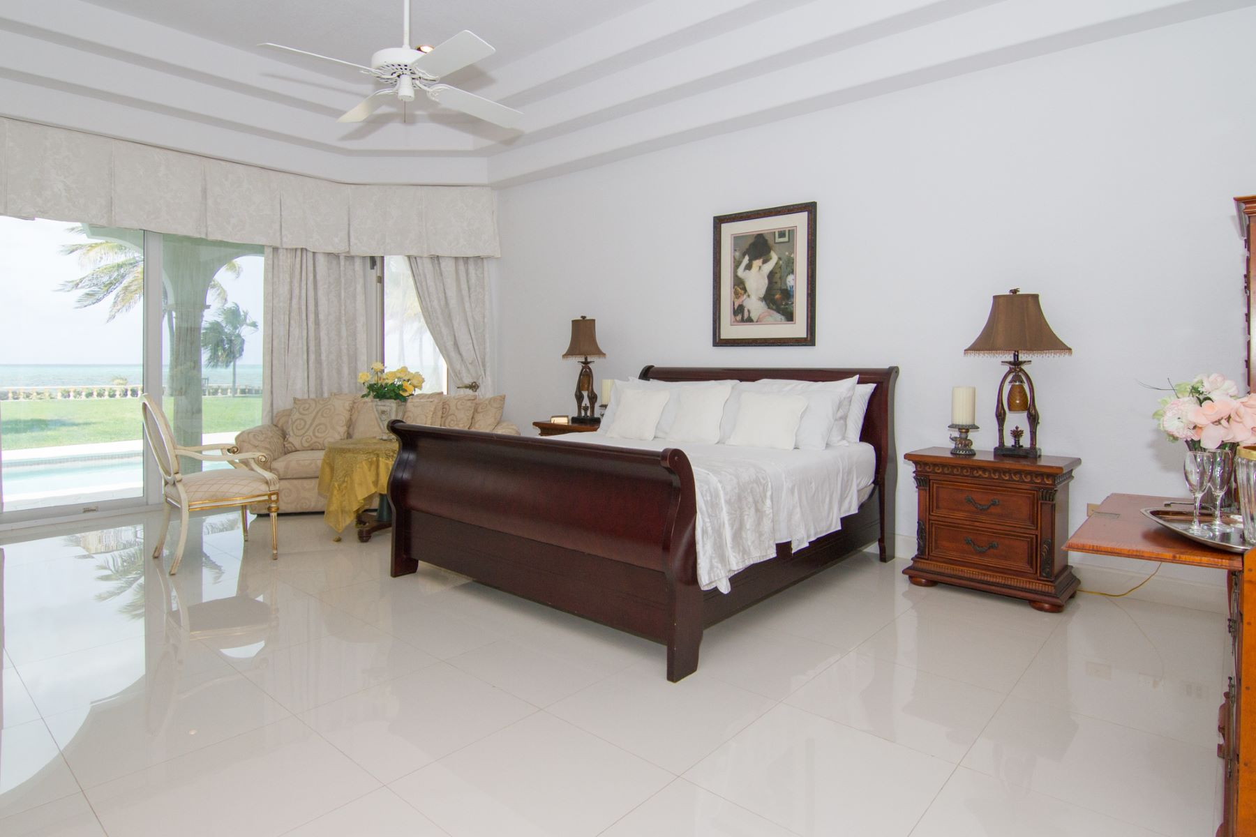 Additional photo for property listing at Luxurious ocean front villa West Bay,  Cayman Islands