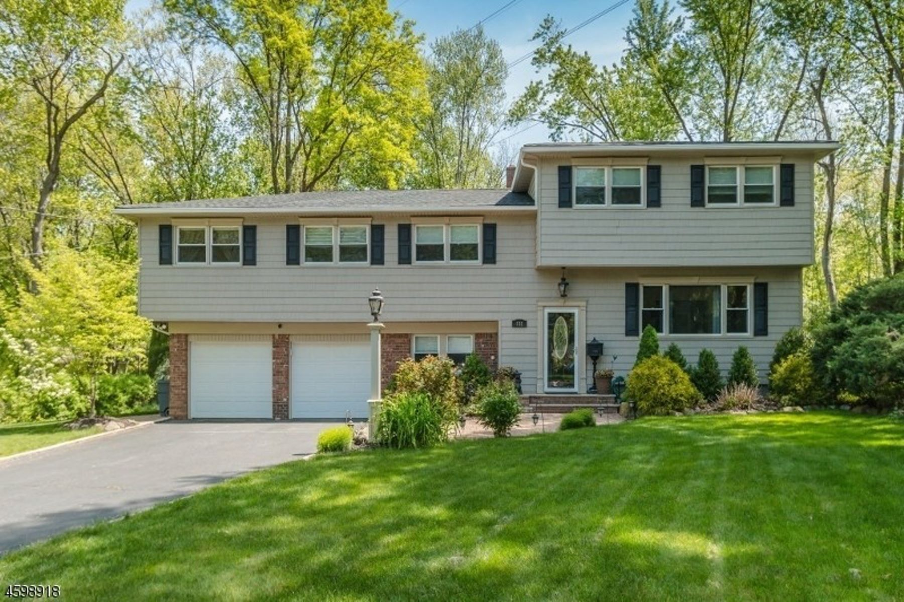 Single Family Homes for Sale at Updated Bright And Sunny 132 Robbins Avenue Berkeley Heights, New Jersey 07922 United States