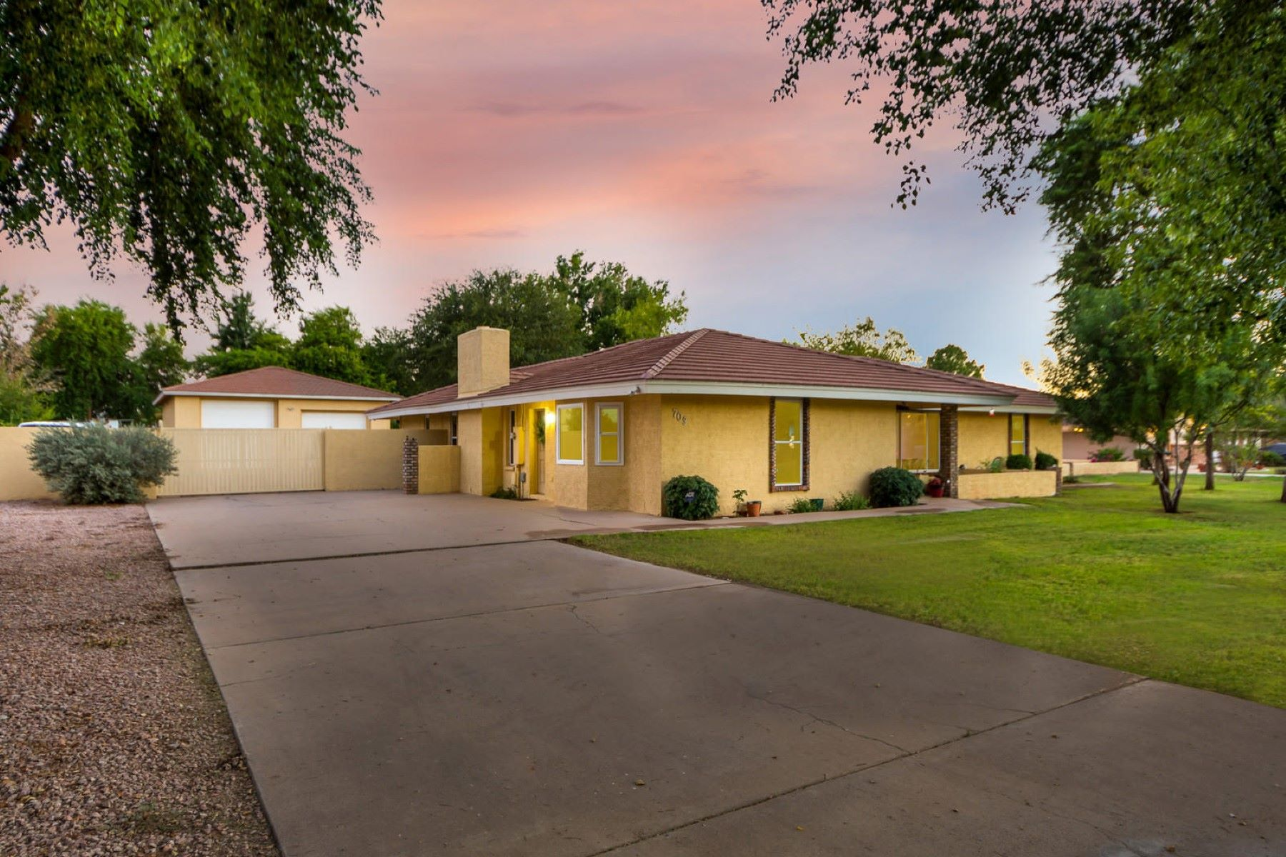 独户住宅 为 销售 在 Beautiful horse property 709 E Barbarita Ave 吉尔伯特, 亚利桑那州, 85234 美国