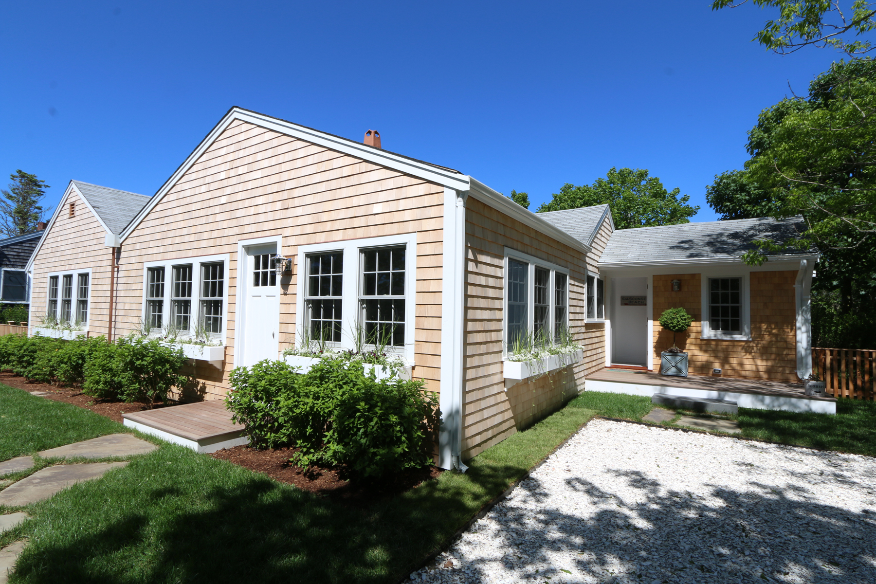 Single Family Homes pour l Vente à Comfortable & Stylish in Sconset 3 Sconset Avenue Siasconset, Massachusetts 02564 États-Unis