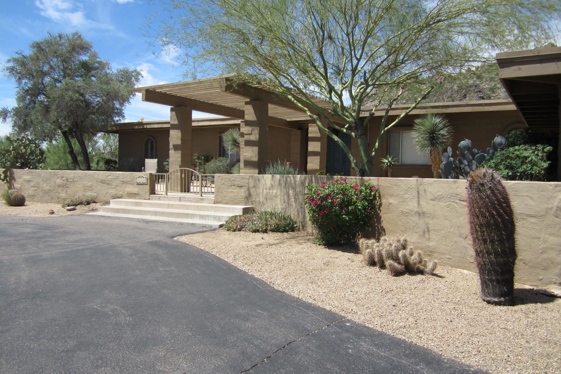 Частный односемейный дом для того Аренда на Classic Carefree home 35846 N Tom Darlington Drive Carefree, Аризона, 85377 Соединенные Штаты