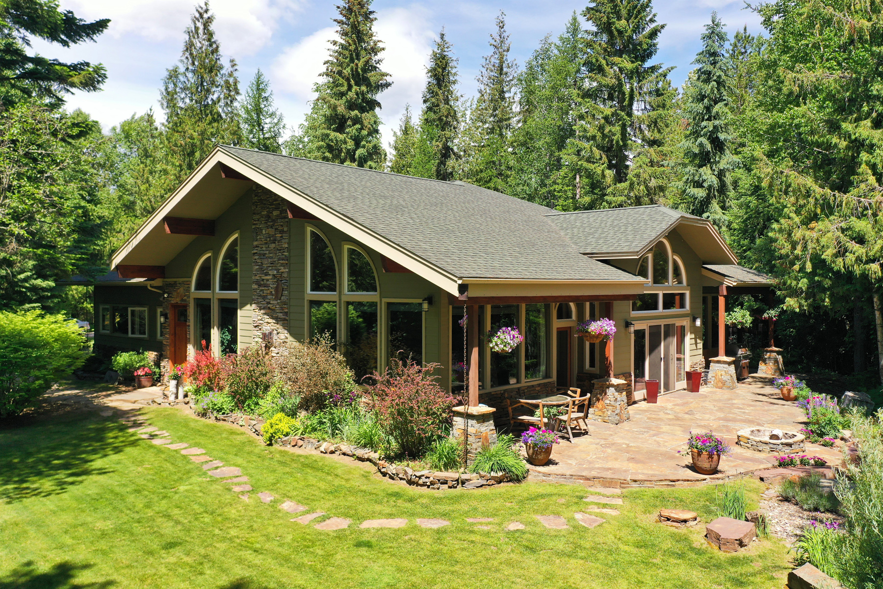 Single Family Homes للـ Sale في Home & Acreage On The Pack River 222 Laricina Way,, Sandpoint, Idaho 83864 United States