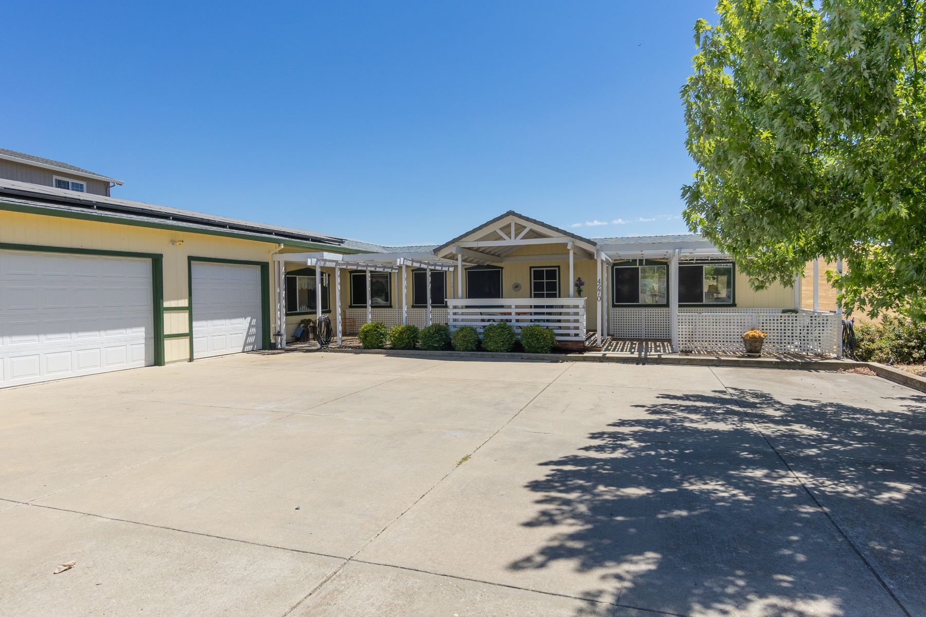 Casa Unifamiliar por un Venta en Charming Home with Beautiful Camanche Lake Views 4270 Lakeview Drive Ione, California 95640 Estados Unidos