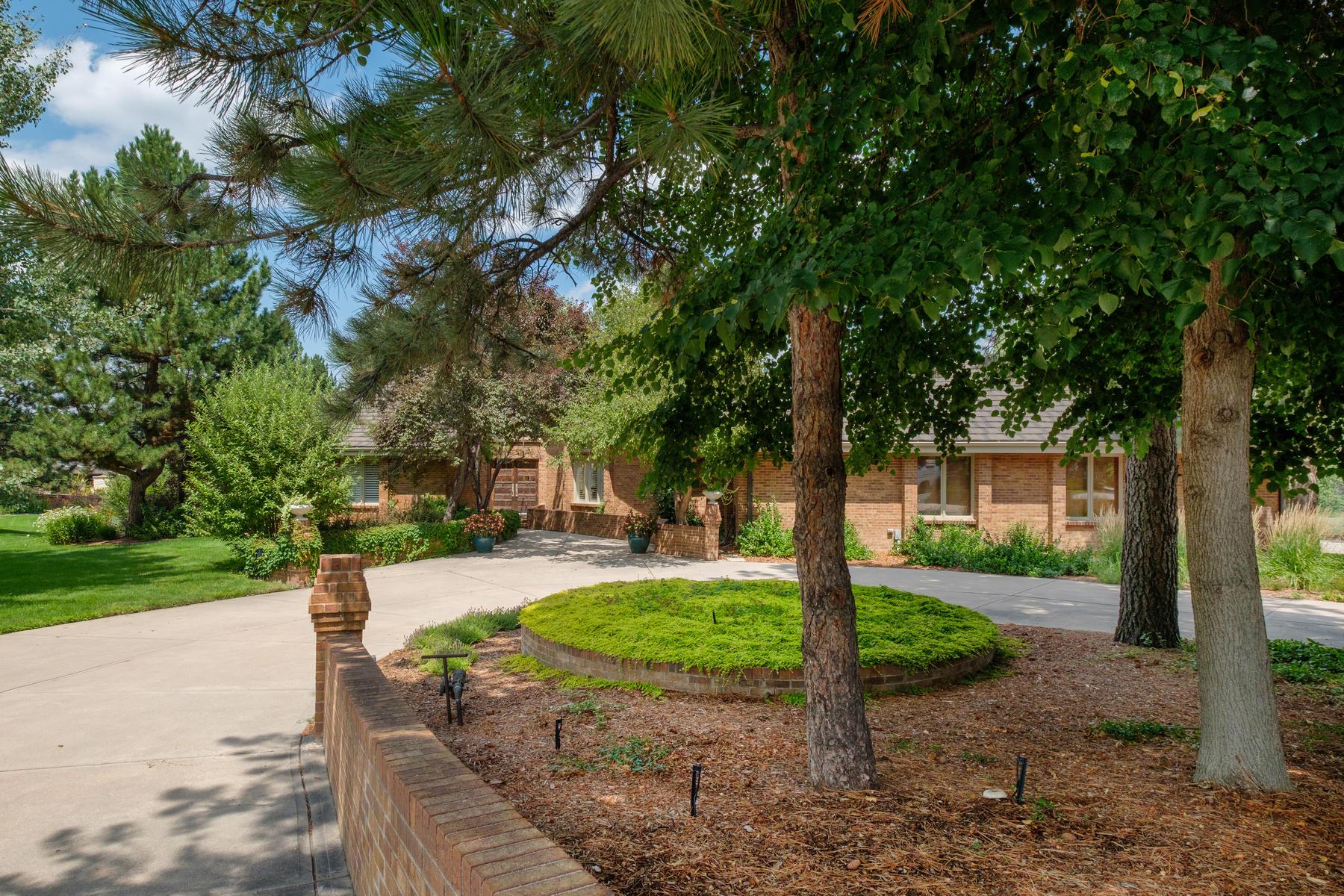 獨棟家庭住宅 為 出售 在 Charming Ranch Style home graciously poised on a prime 1.23 acre lot. 4602 S Elizabeth Ct Englewood, 科羅拉多州, 80113 美國