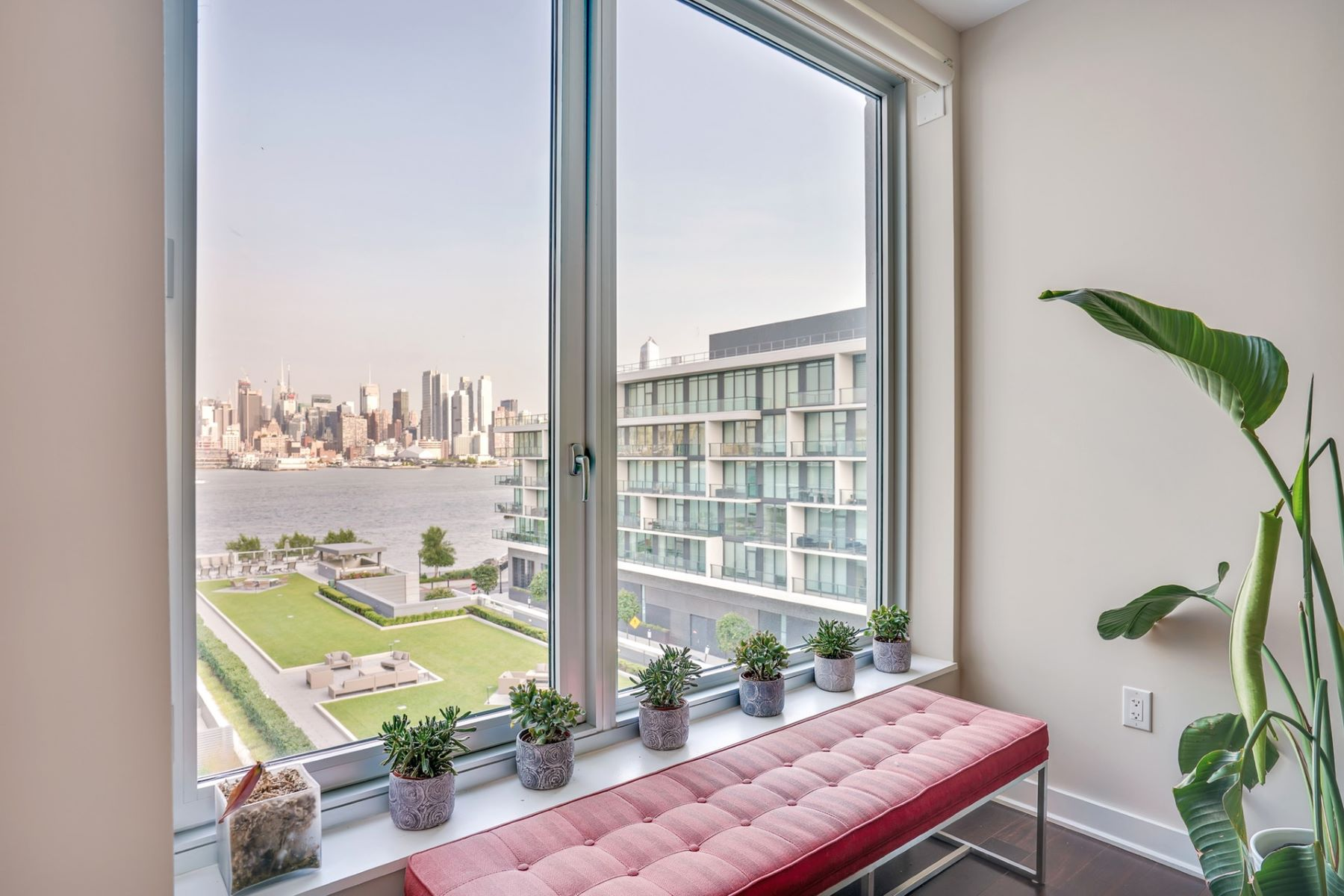 Condominiums 為 出售 在 World class luxury awaits in this 2 bed + den 2.5 bath home 1000 Avenue at Port Imperial #615, Weehawken, 新澤西州 07086 美國