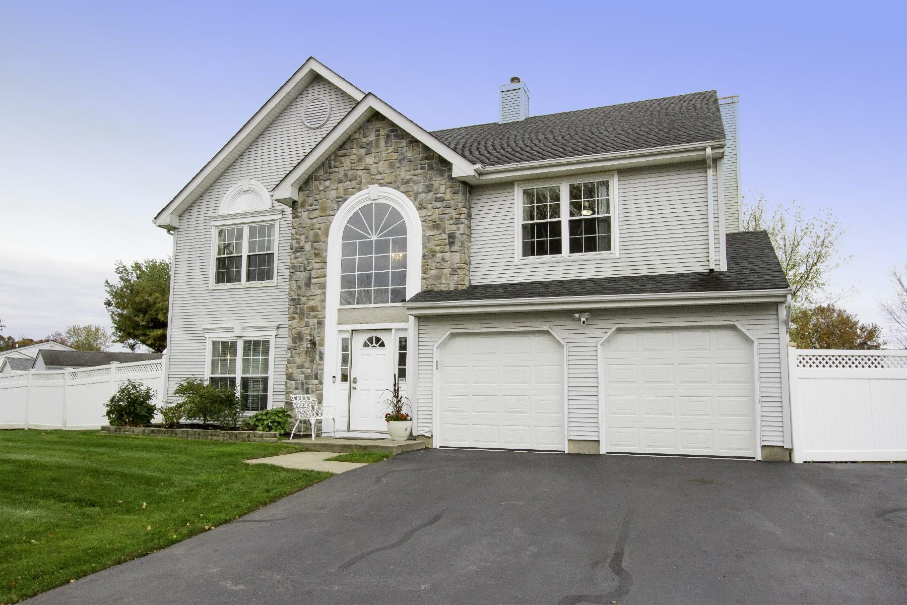 Single Family Homes pour l Vente à 86 Colonial Drive Tinton Falls, New Jersey 07712 États-Unis