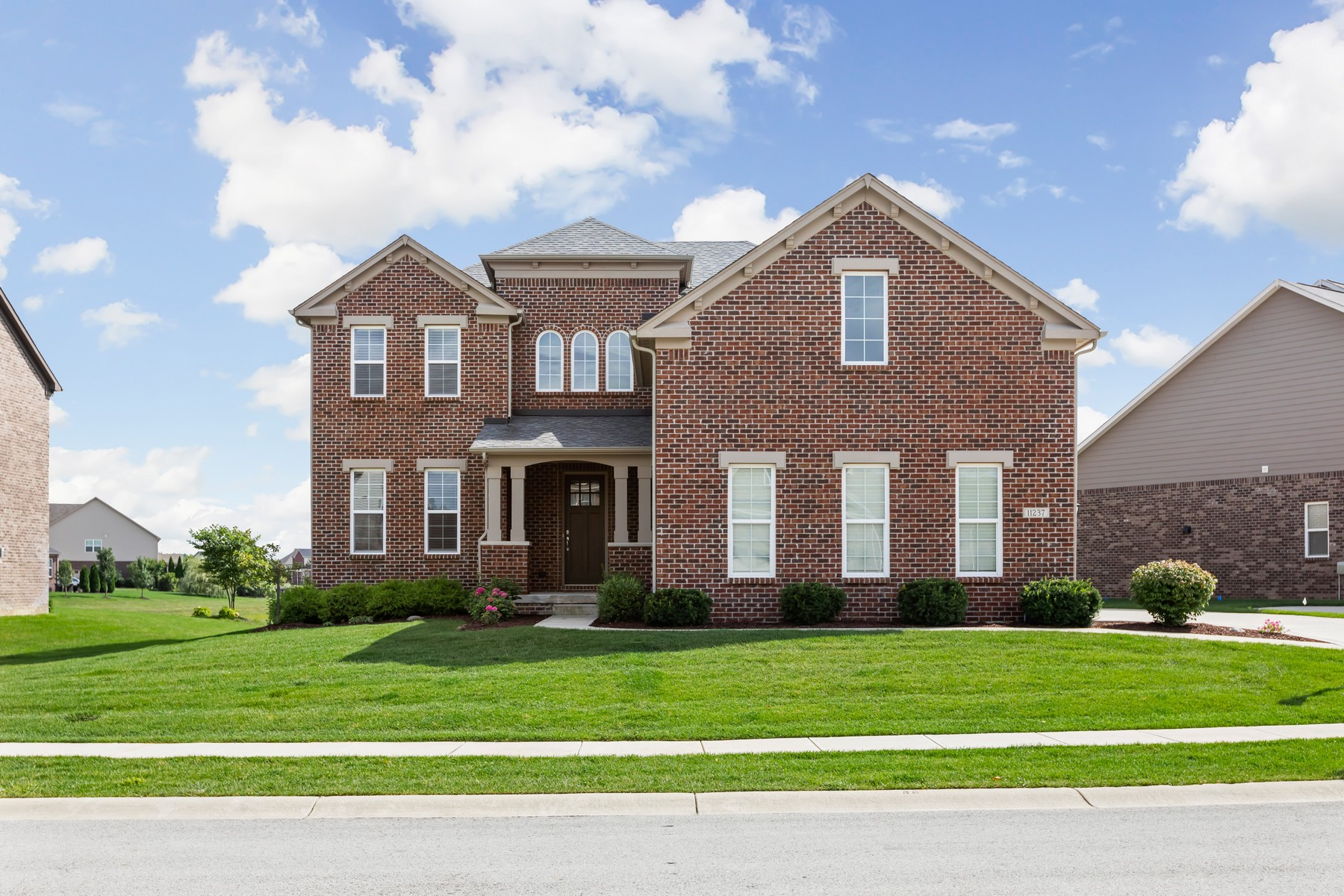 Single Family Homes por un Venta en Beautifully Crafted Zionsville Home 11237 East High Grove Circle, Zionsville, Indiana 46077 Estados Unidos