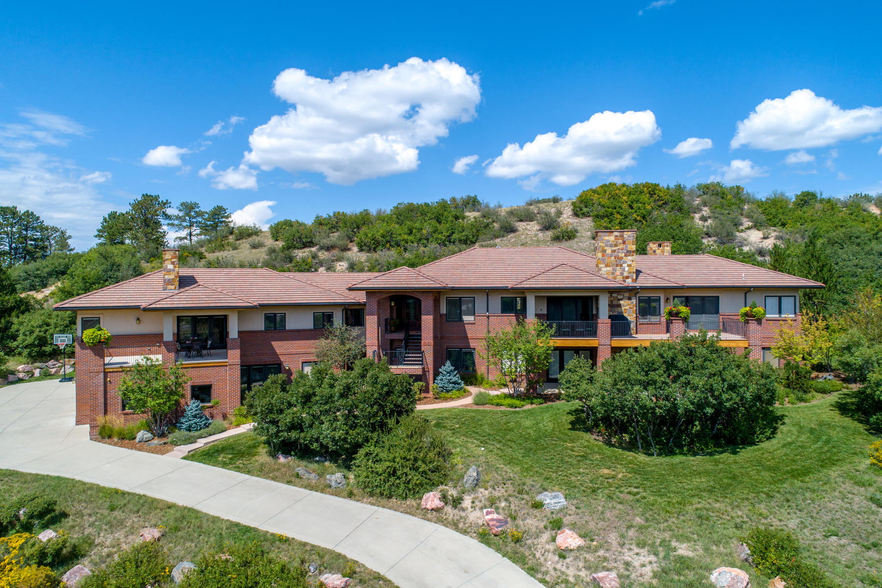 Additional photo for property listing at Extravagant custom built home with amazing views of Pikes Peak. 714 Golf Club Dr Castle Rock, Colorado 80108 United States