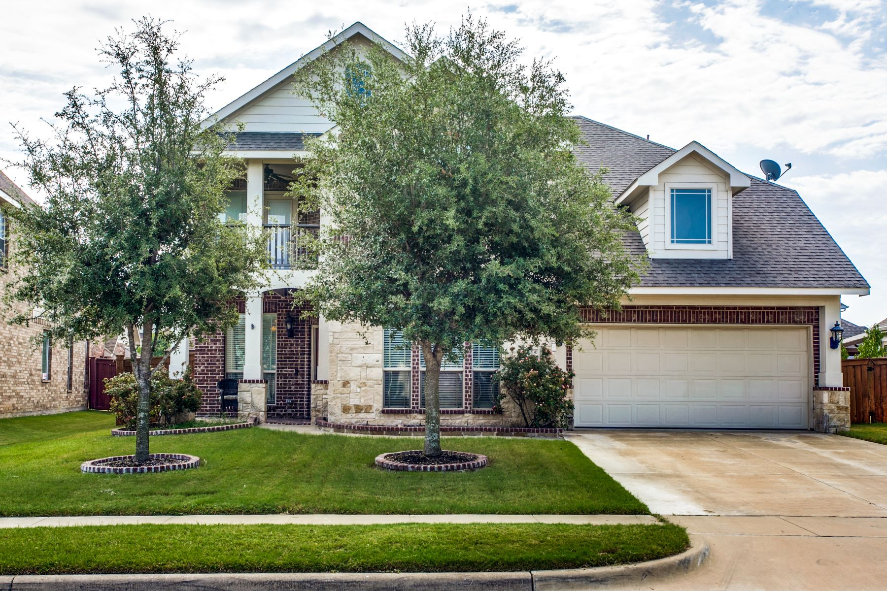 Single Family Homes for Sale at Mansfield ISD 2715 Vela Grand Prairie, Texas 75054 United States