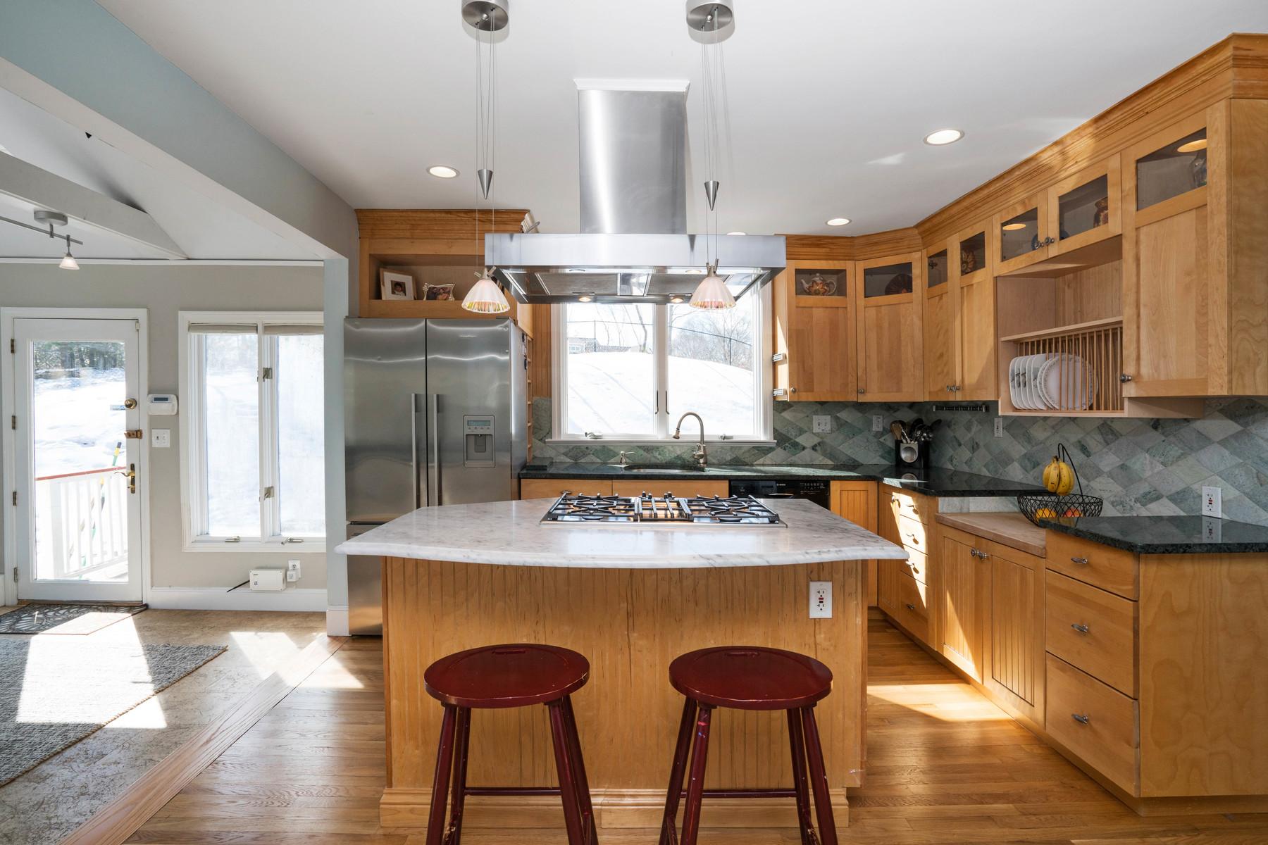 Vivienda unifamiliar por un Venta en Charming Cape 755 Central Avenue Needham, Massachusetts, 02494 Estados Unidos