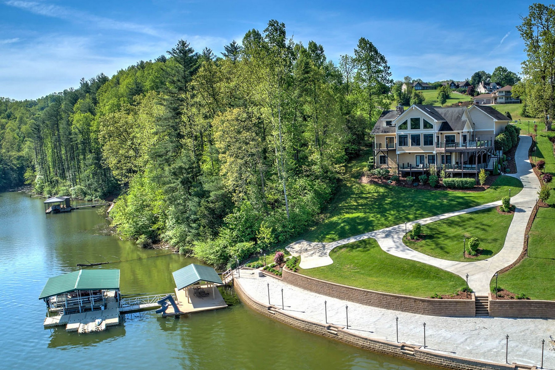 Single Family Homes pour l Vente à Waterfront Estate on Watauga Lake 150 Holly Pointe, Butler, Tennessee 37640 États-Unis