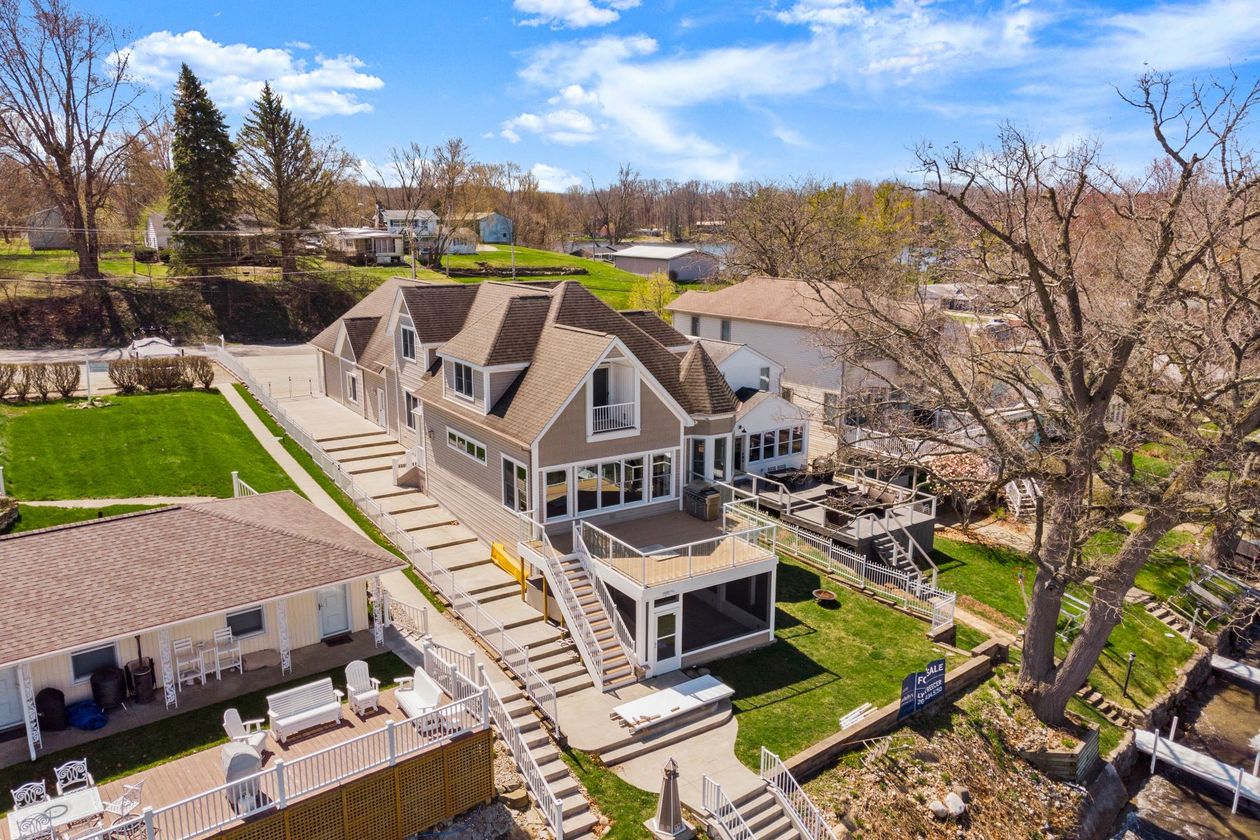 Single Family Homes 为 销售 在 57' of Frontage on Lake Wawasee 8894 E Hatchery Road Syracuse, 印第安纳州 46567 美国
