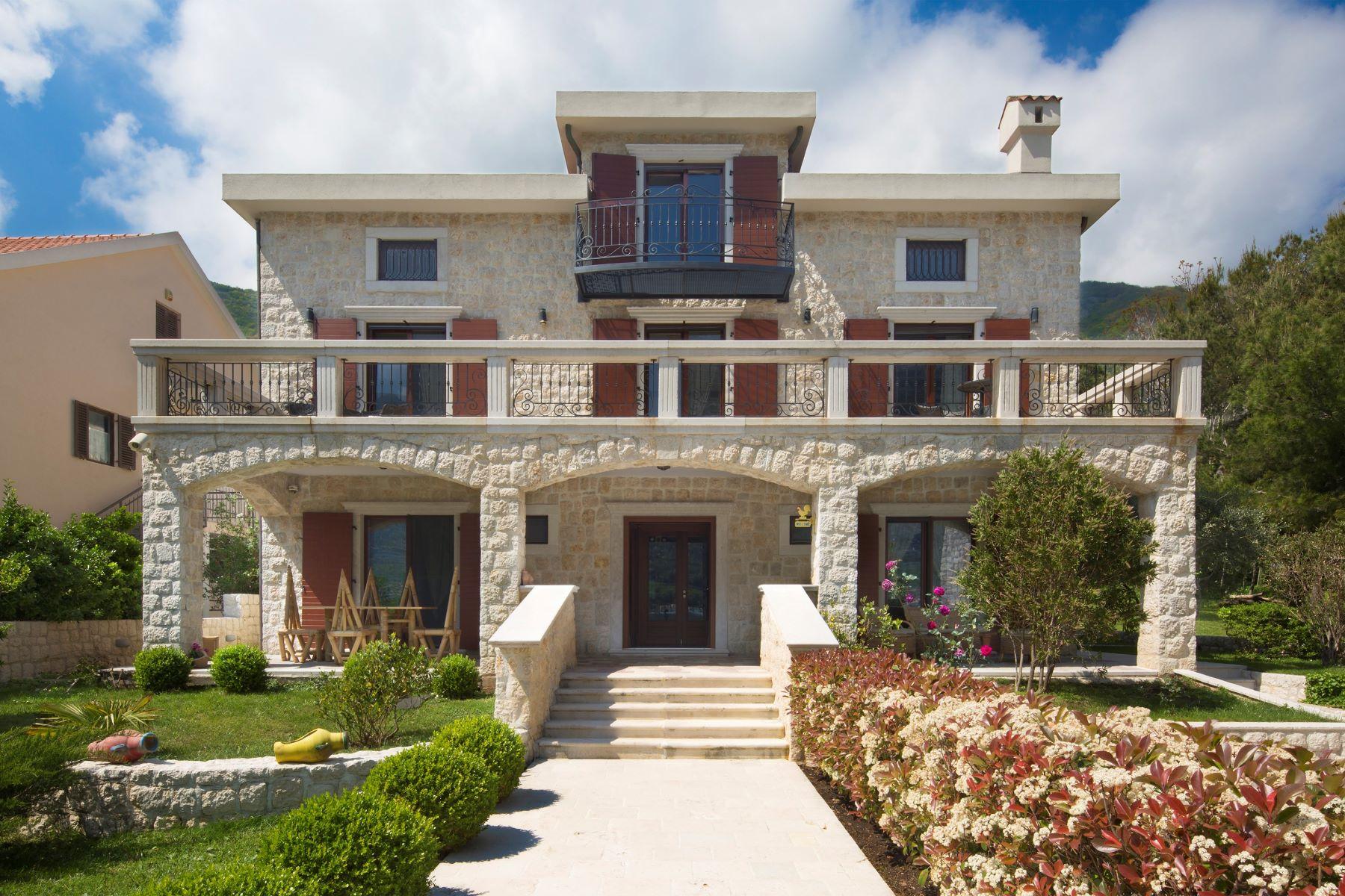 Single Family Homes por un Venta en Villa Palazzo Boka Boka Kotorska Bay Kotor Kotor, Kotor 85330 Montenegro