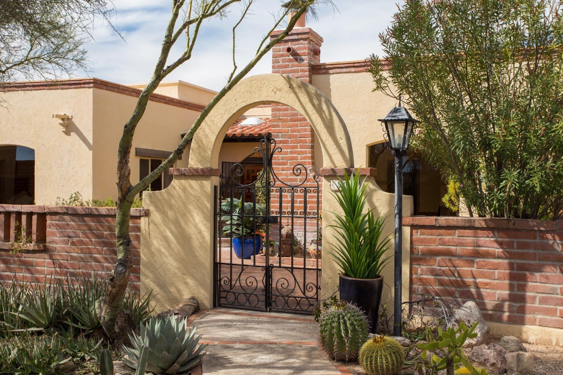 Casa Unifamiliar por un Venta en Charming territorial home in the guard gated skyline C.C. Estates 5409 E Gleneagles Drive Tucson, Arizona, 85718 Estados Unidos
