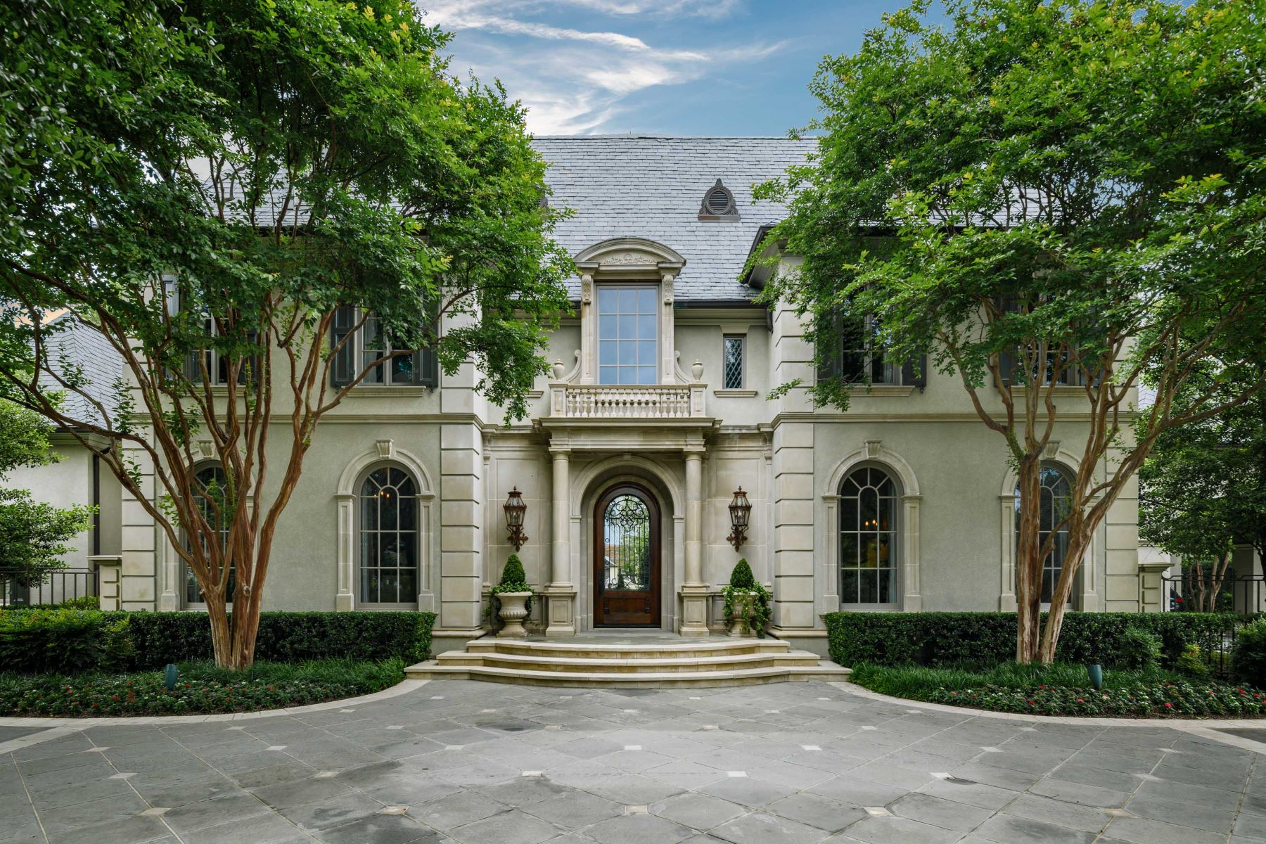 Single Family Homes 용 매매 에 Gorgeous Family Estate Situated on 1.5 Acre Lot 5521 Deloache Avenue, Dallas, 텍사스 75220 미국