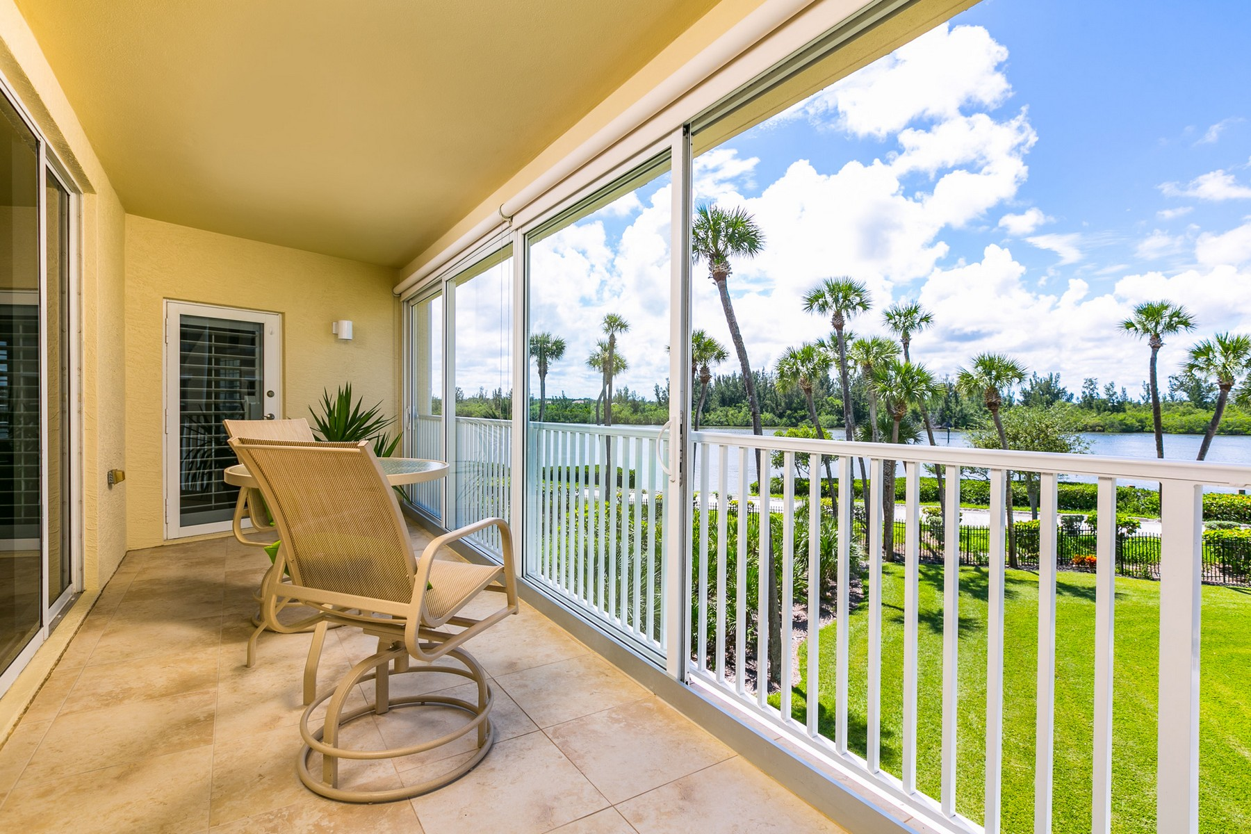 Condominio por un Venta en Sea Oaks Villa by the River 8875 W Orchid Island Circle #304 Vero Beach, Florida 32963 Estados Unidos