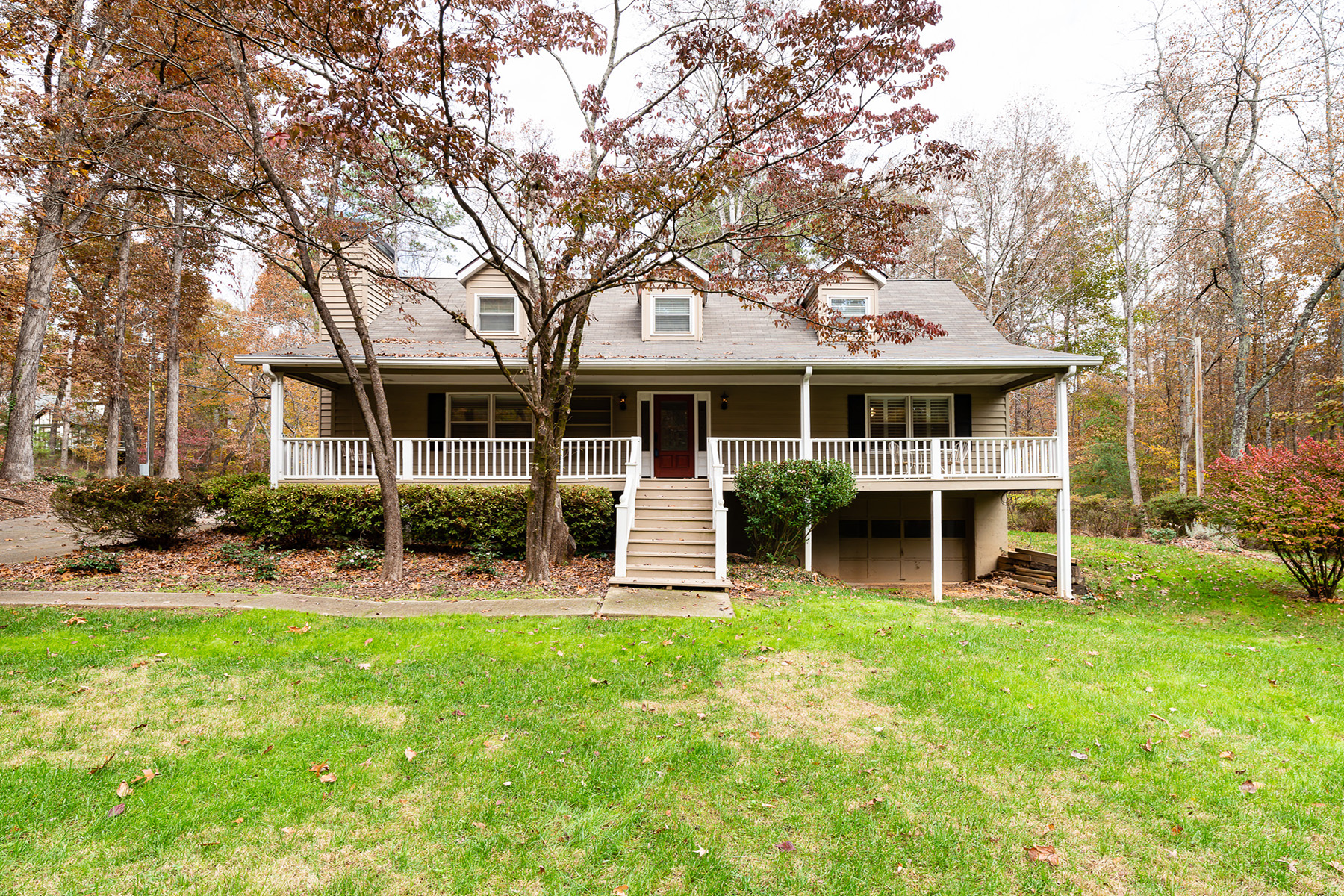 Single Family Homes pour l Vente à Wonderful Opportunity to Live Close to Everything and Have Amazing Privacy 1675 Cox Road, Roswell, Georgia 30075 États-Unis