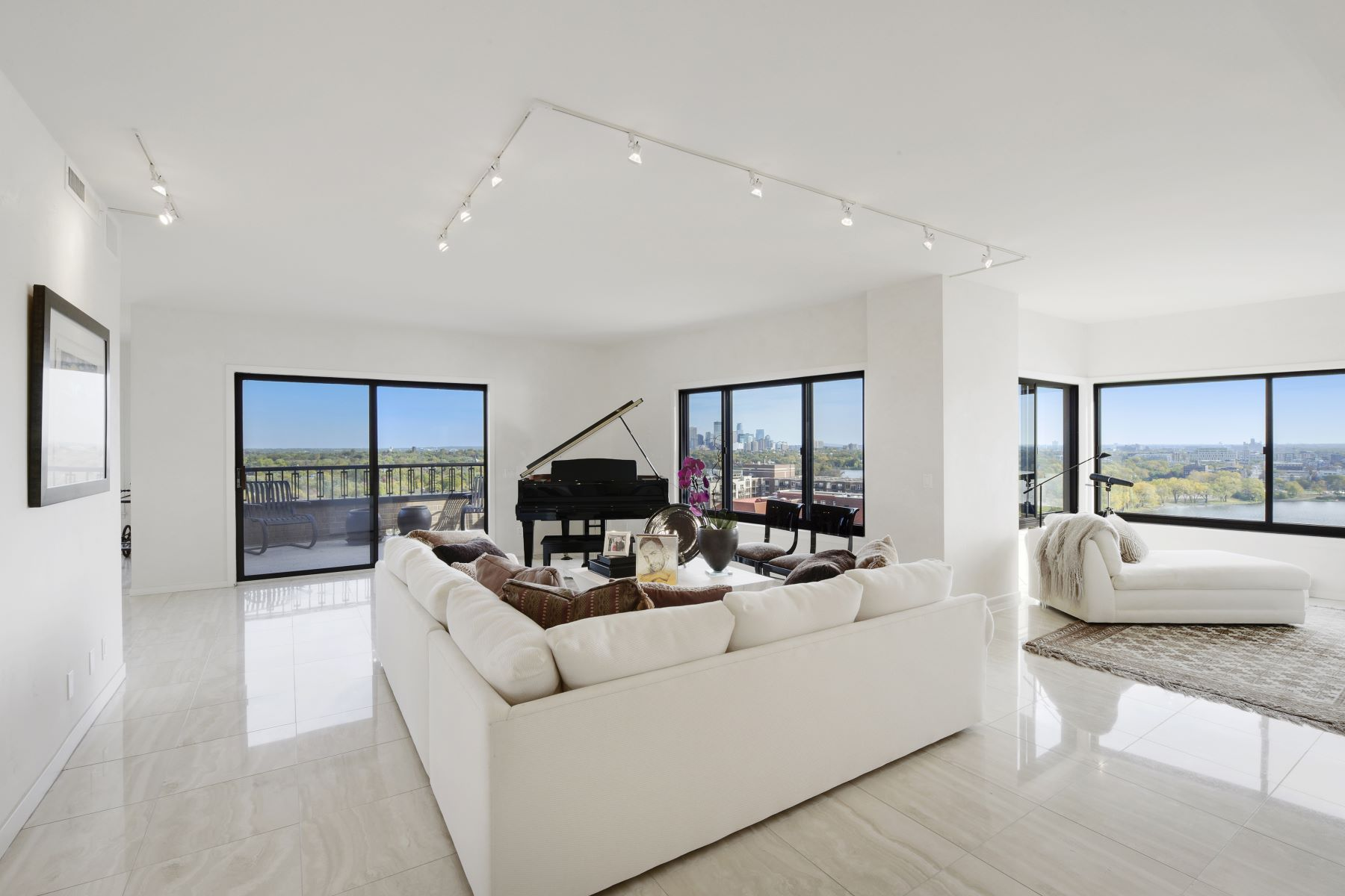 Condominiums 为 销售 在 2950 Dean Parkway #1903 明尼阿波利斯市, 明尼苏达州 55416 美国