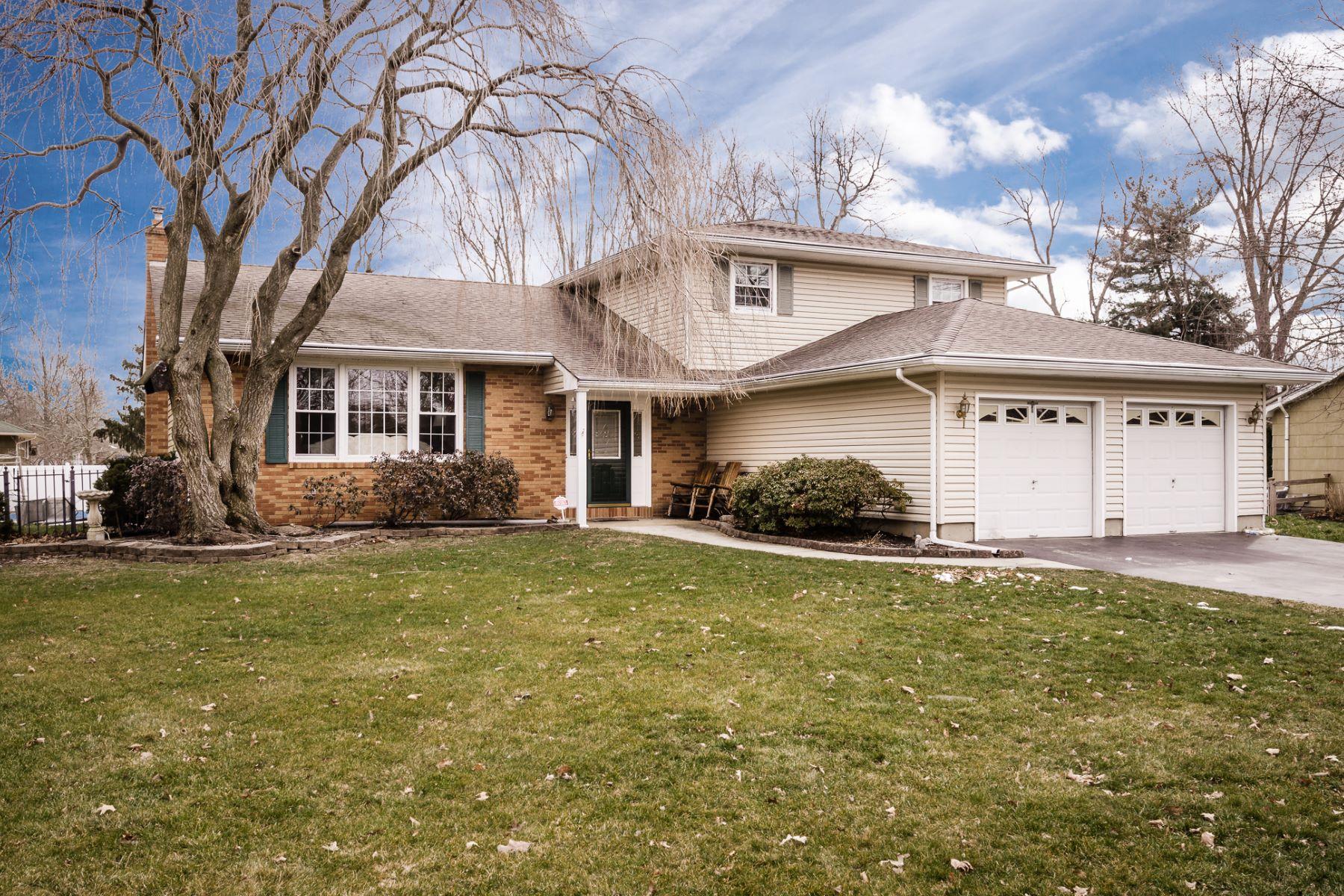 Casa Unifamiliar por un Venta en Spacious Four-Bedroom Split Level 77 Tudor Drive Hamilton, Nueva Jersey 08690 Estados Unidos