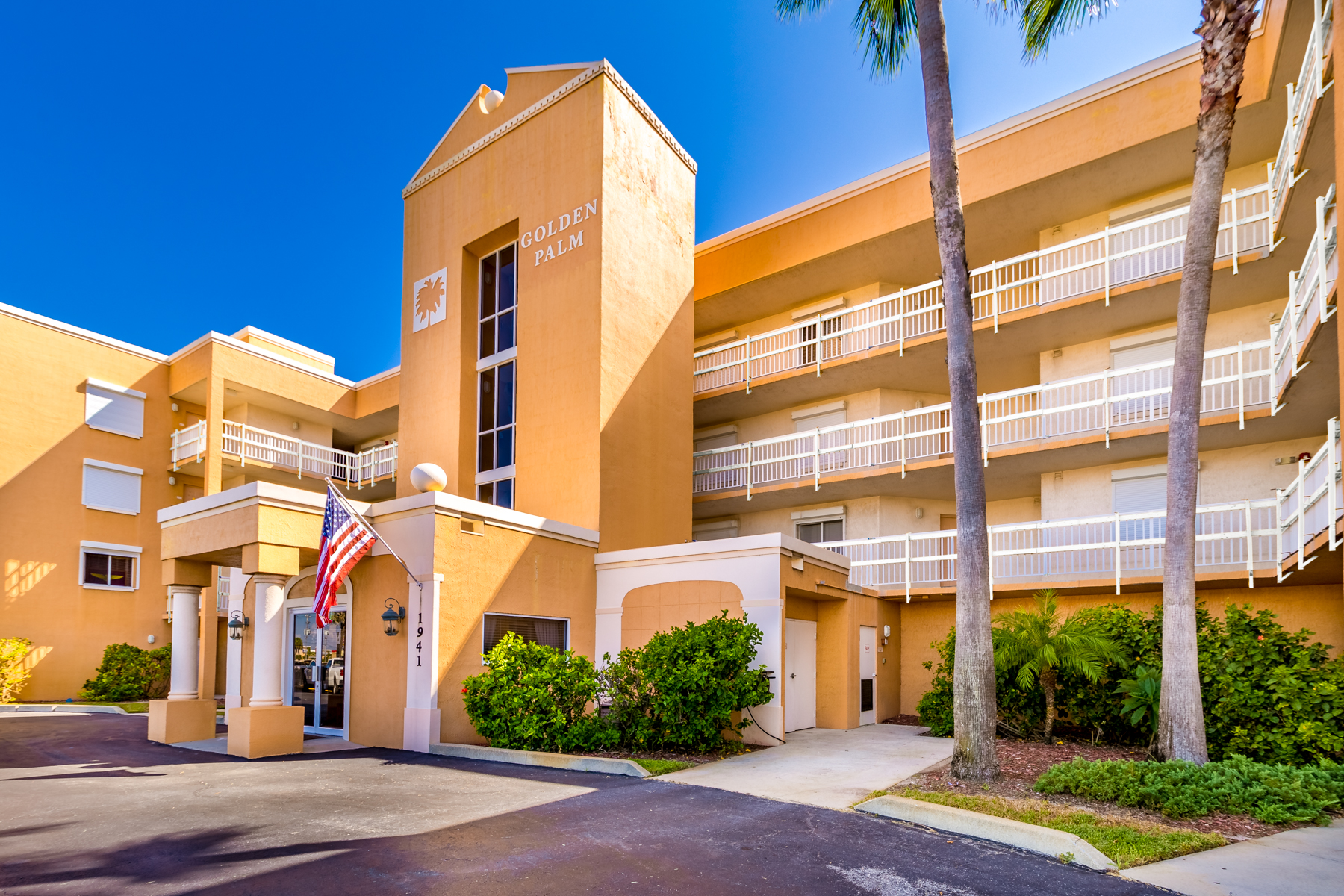 Condominio per Vendita alle ore Gorgeous Oceanfront Penthouse in Golden Palm Condo 1941 Highway A1A #402 Indian Harbour Beach, Florida 32937 Stati Uniti