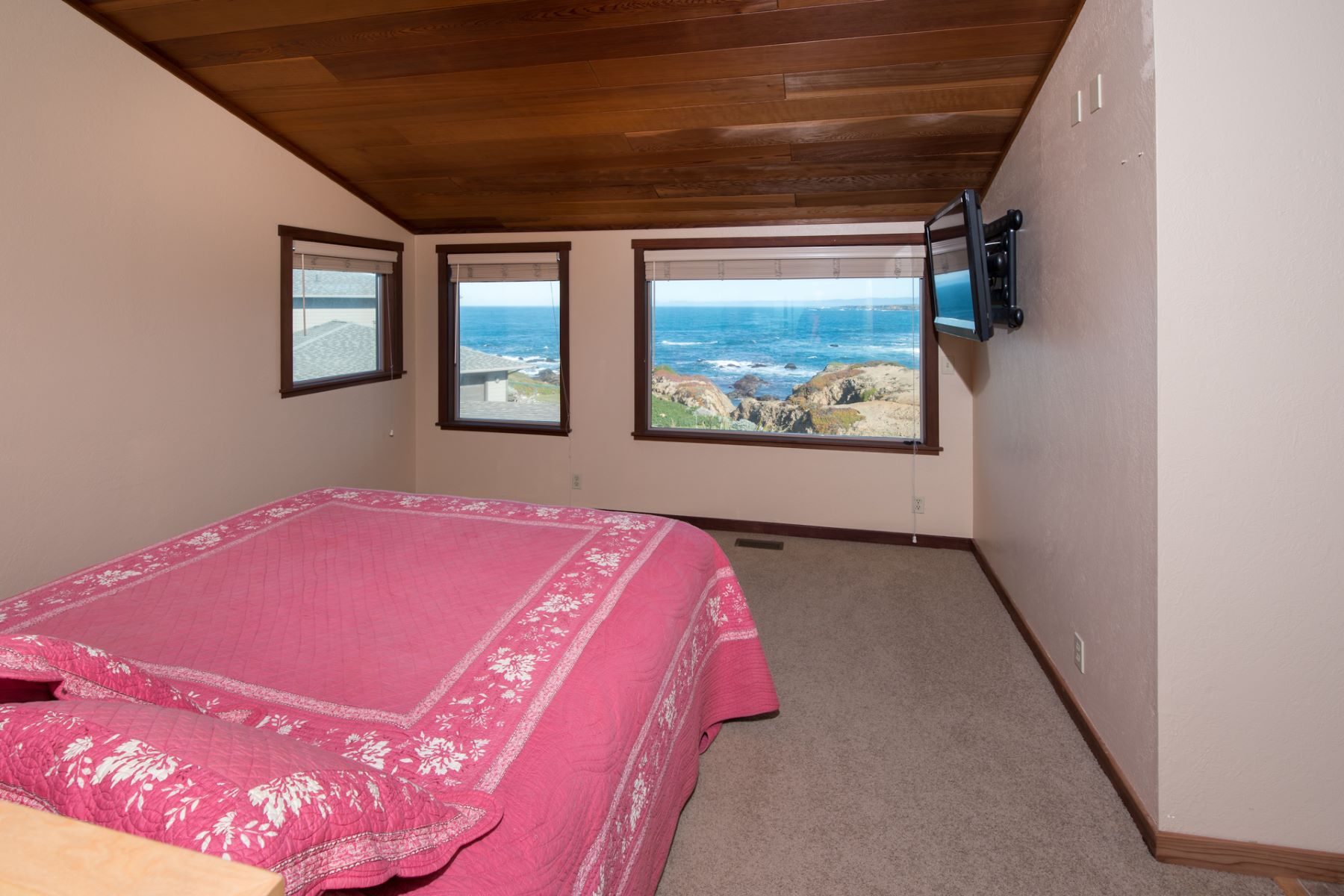 Additional photo for property listing at Whitewater Oceanfront Getaway 33610 Schoefer Lane Fort Bragg, California 95437 United States
