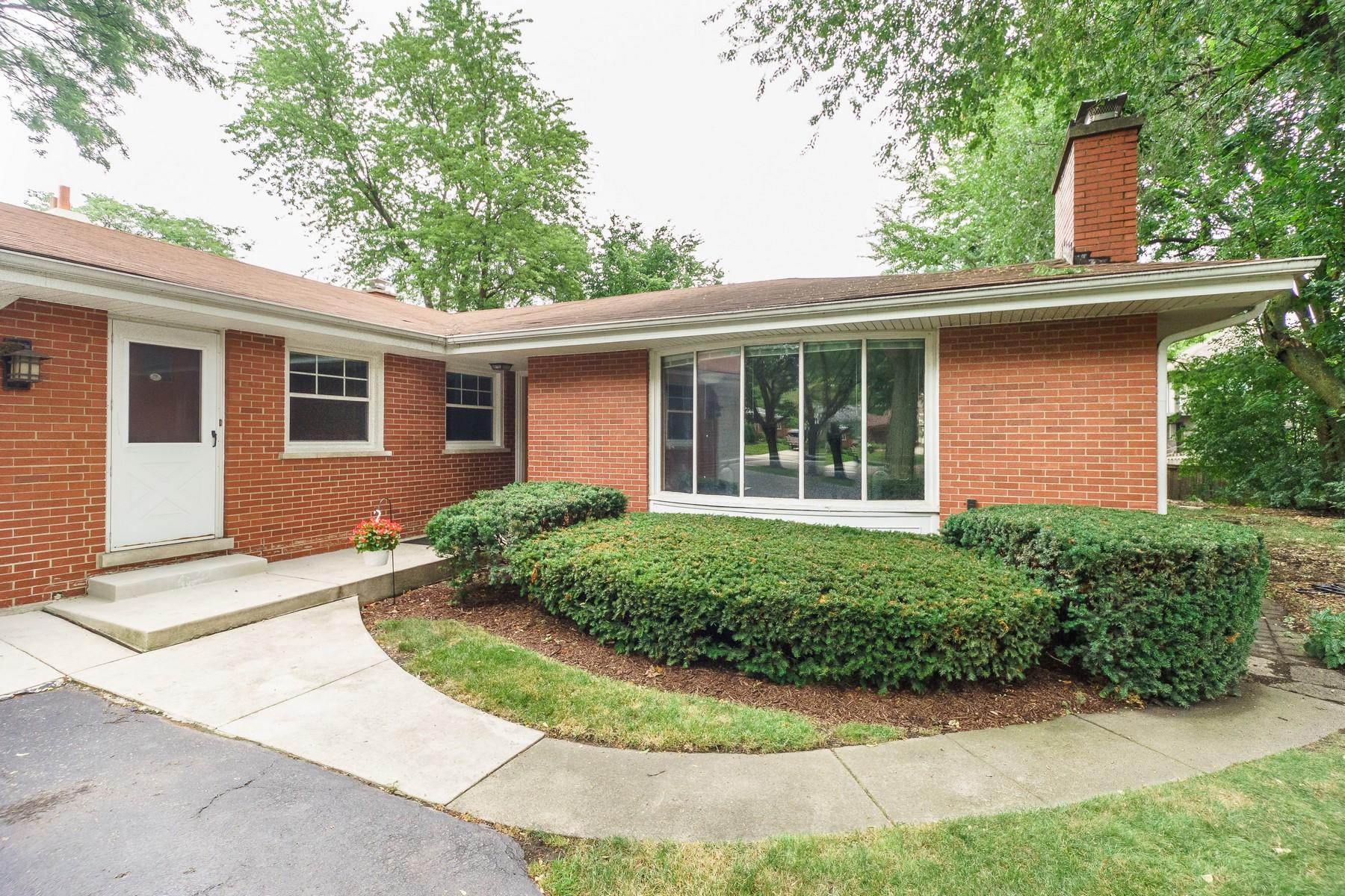 Maison unifamiliale pour l Vente à 811 S. Adams Hinsdale, Illinois, 60521 États-Unis