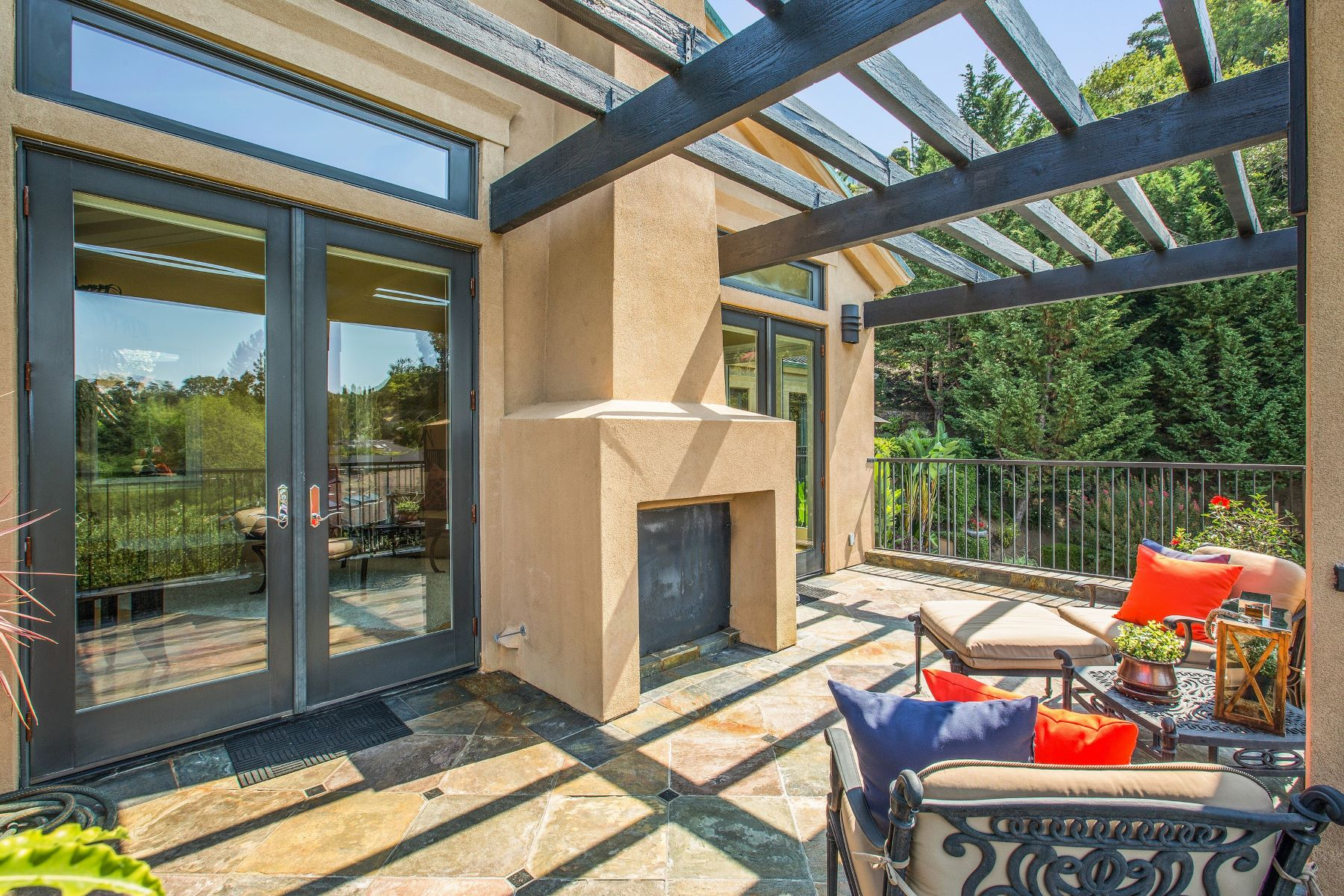 Additional photo for property listing at Gorgeous Turn-Key Home with Views! 129 La Cuesta Greenbrae, California 94904 United States