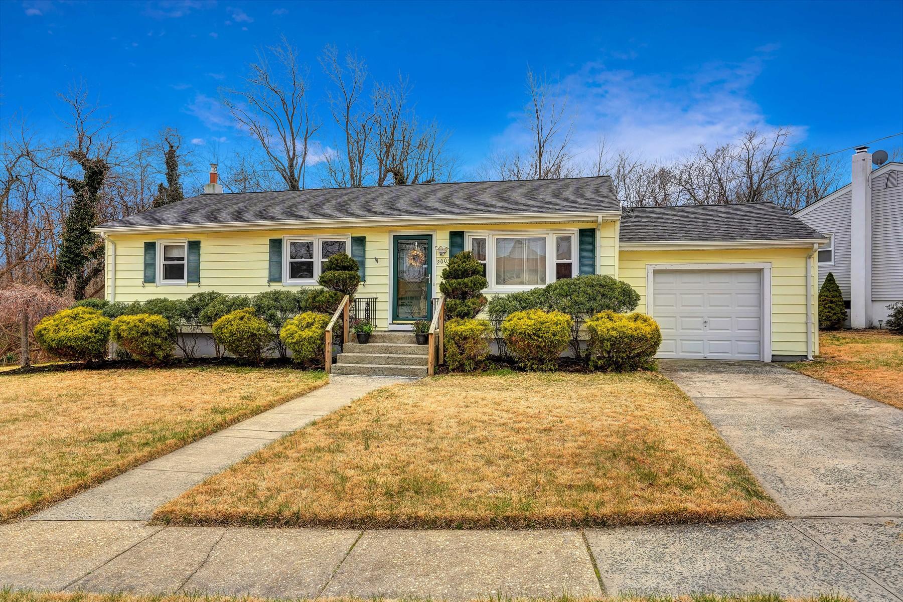 Maison unifamiliale pour l Vente à Charming Ranch 200 Poplar Place, Neptune, New Jersey 07753 États-Unis