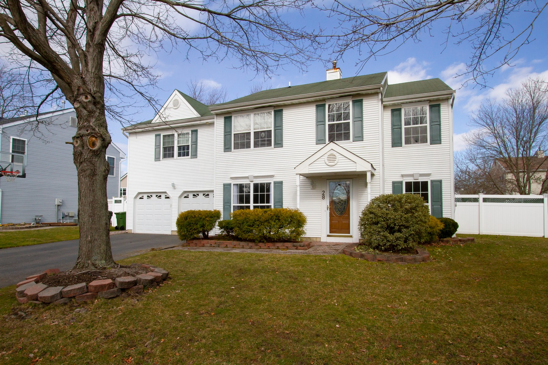 Single Family Homes para Venda às Spacious and Bright Colonial 28 Sacramento Way, Tinton Falls, Nova Jersey 07712 Estados Unidos
