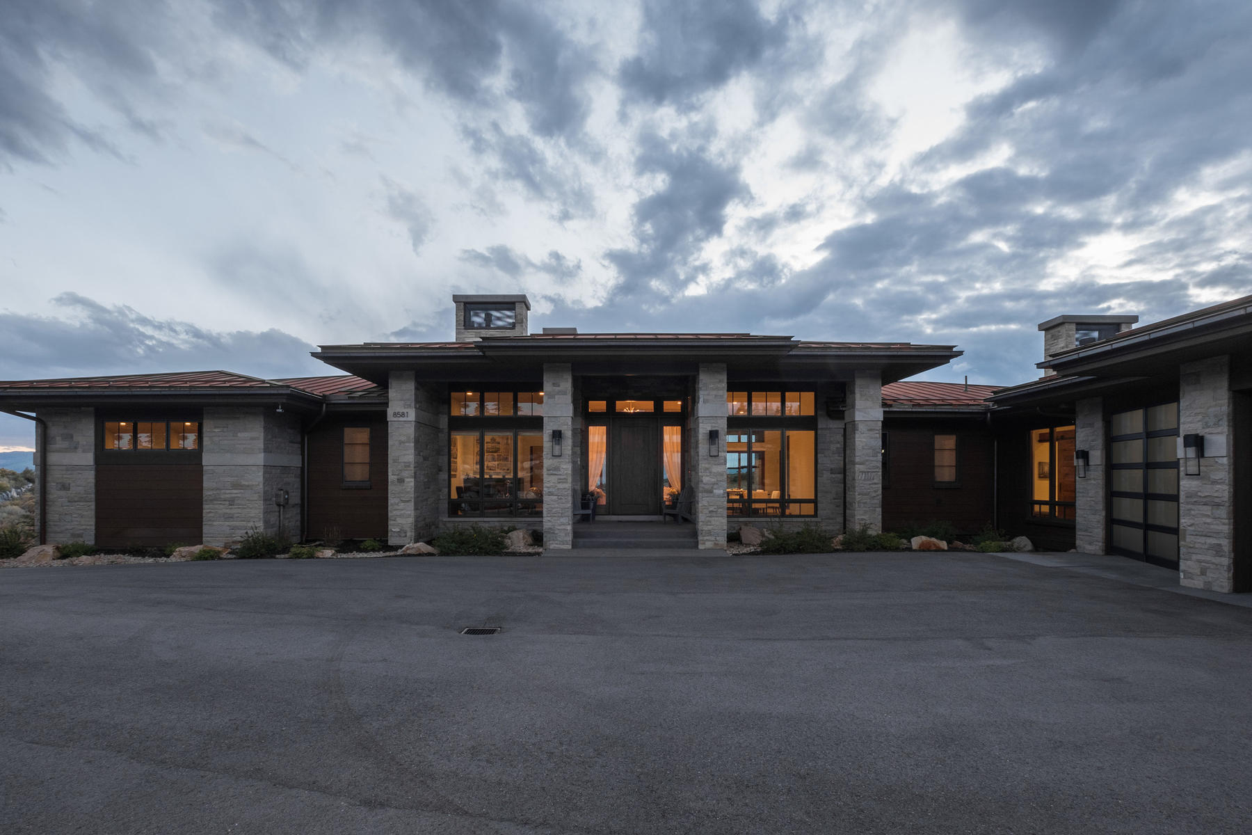 Moradia para Venda às Beautiful Contemporary Home Overlooking the 11th Hole of the Pete Dye Course 8581 N Marmot Circle Lot 91 Park City, Utah, 84098 Estados Unidos