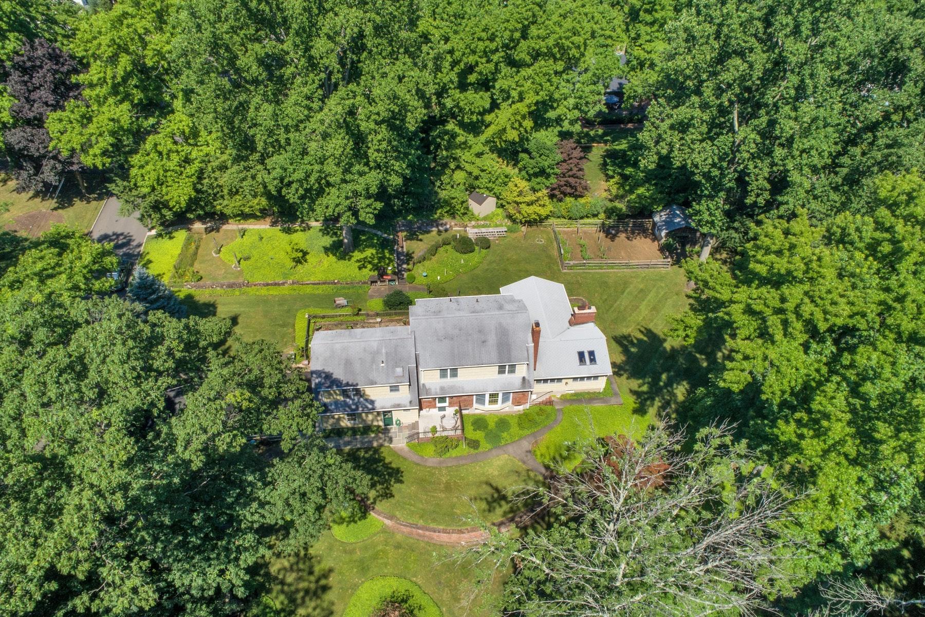 Casa para uma família para Venda às Colonial on East Hill of Closter 65 Colgate Street, Closter, Nova Jersey 07624 Estados Unidos