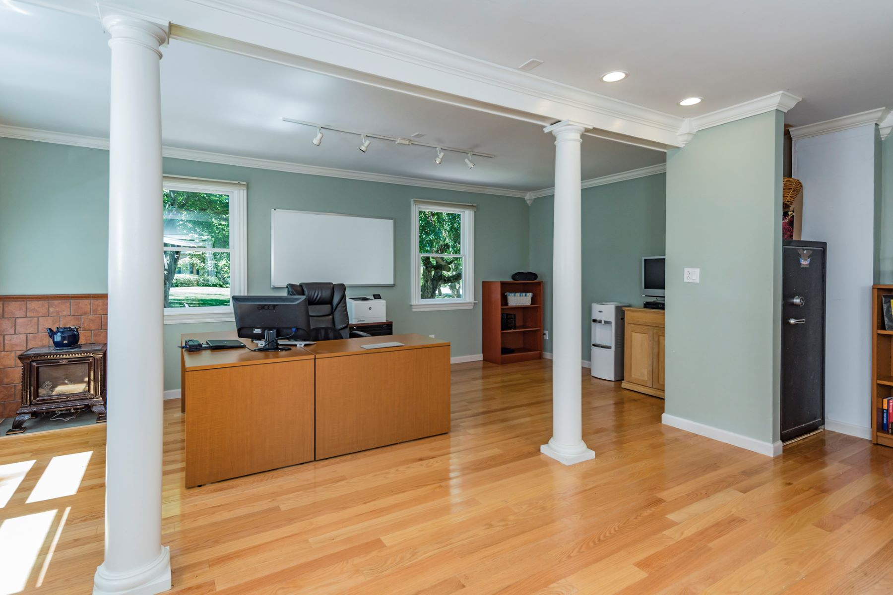 Additional photo for property listing at Impeccably Renovated in Lawrenceville Greene 4 Hamilton Court, Lawrenceville, New Jersey 08648 United States