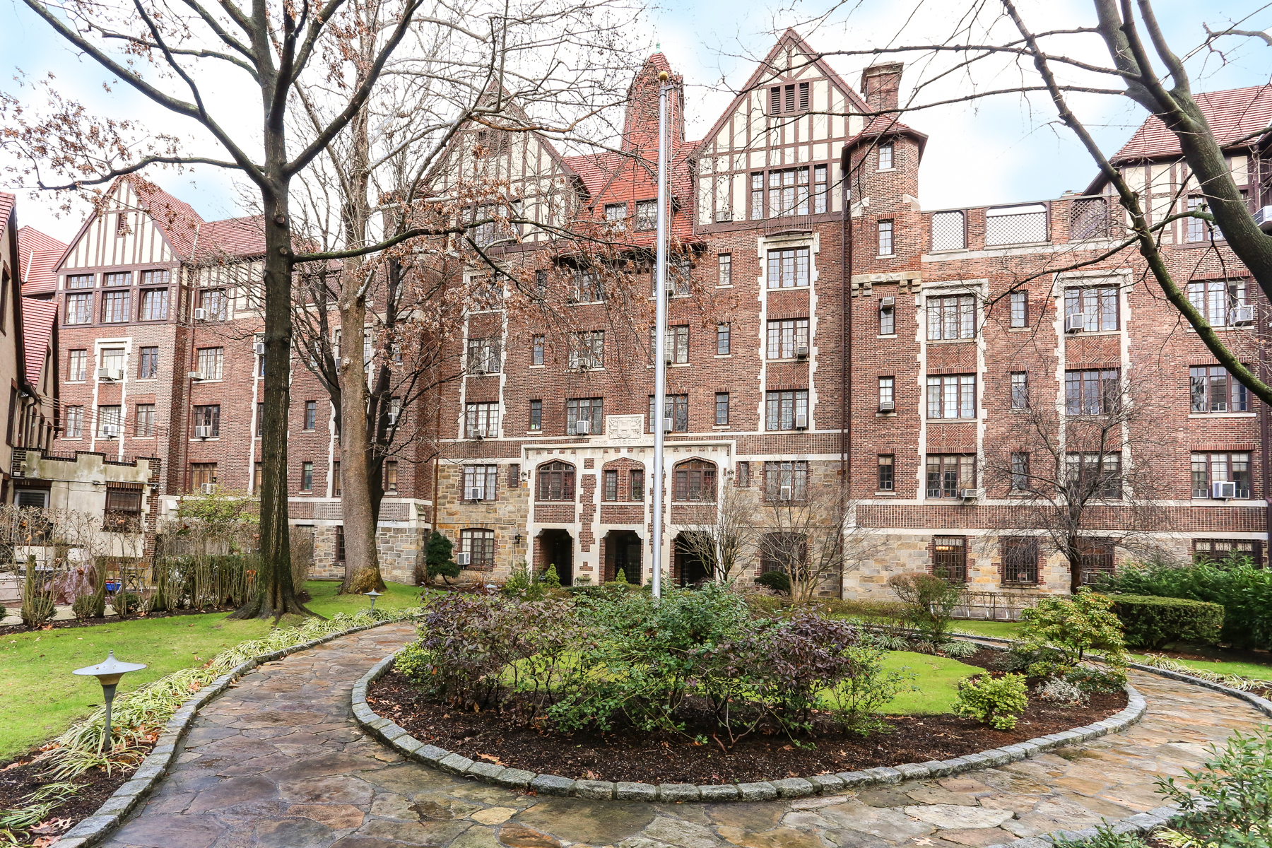 "共有公寓 為 出售 在 ""SPACIOUS COOP APARTMENT WITH GARDEN VIEWS"" 10 Holder Place, Apt 1B Forest Hills Gardens, Forest Hills, 紐約州, 11375 美國"