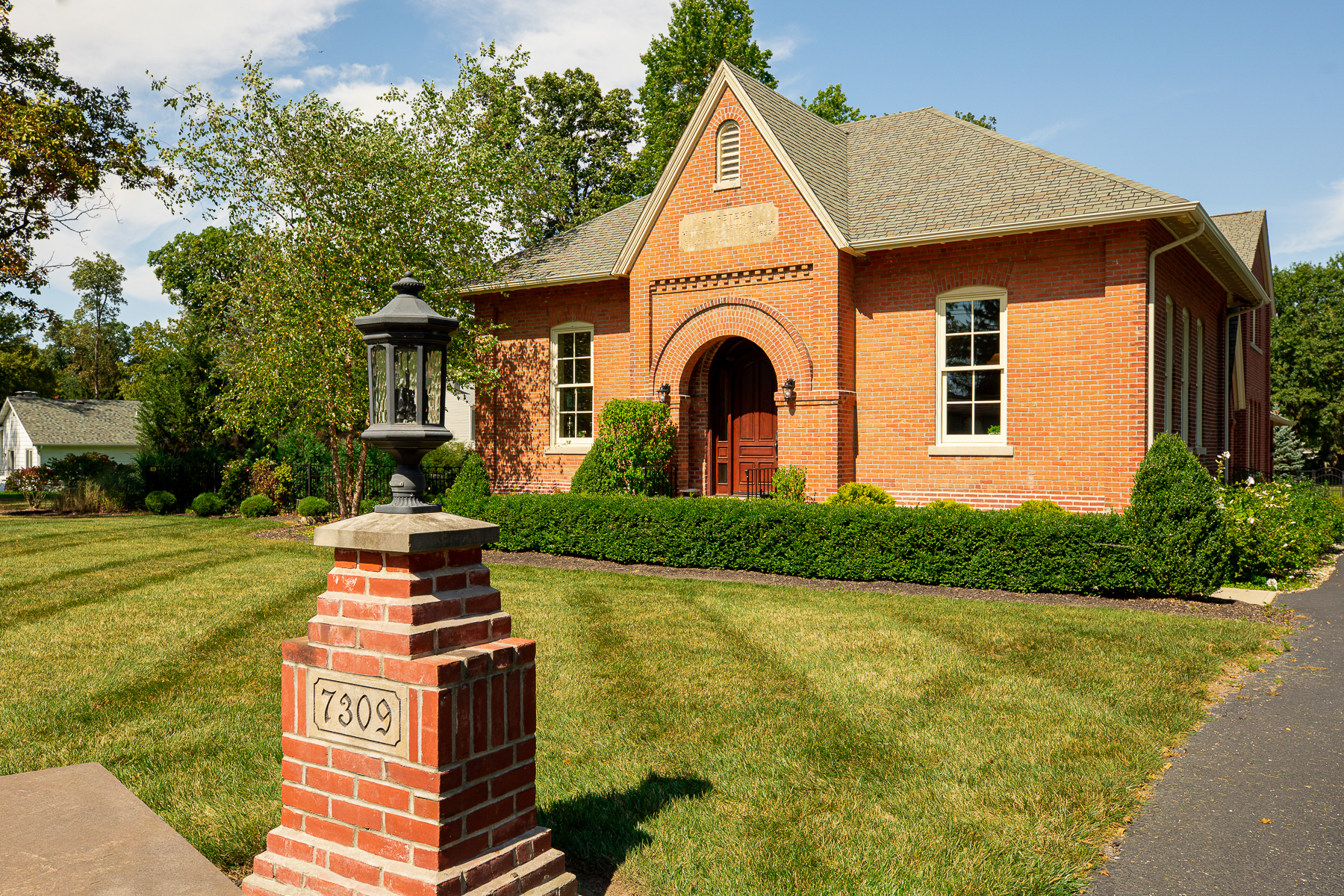 Single Family Homes 为 销售 在 Fully-Renovated Historic Schoolhouse 7309 Trier Road Fort Wayne, 印第安纳州 46815 美国