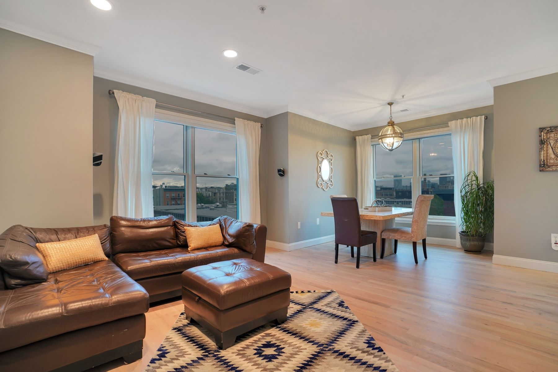 Condominiums für Verkauf beim Welcome to this beautifully renovated, coveted top floor corner home 402 9th St. #E6F, Hoboken, New Jersey 07030 Vereinigte Staaten