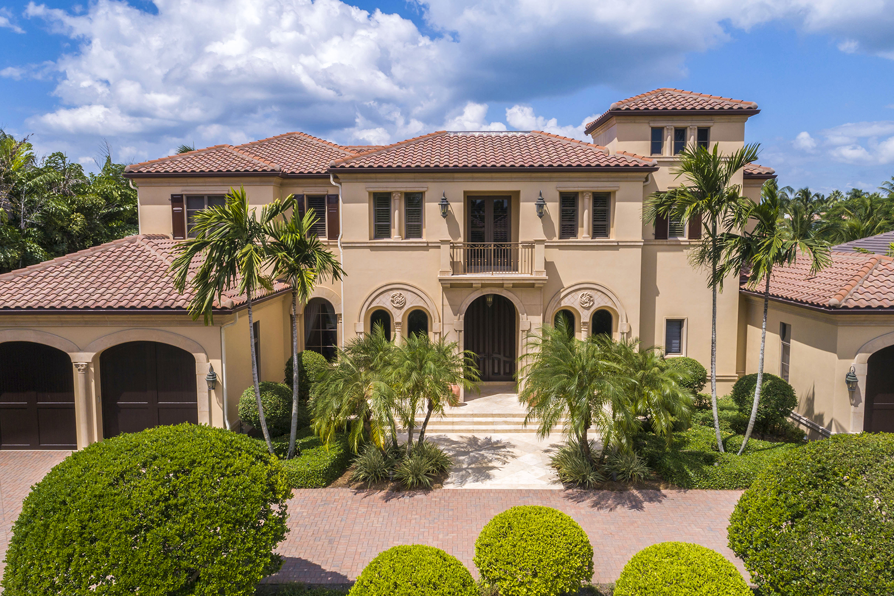 Single Family Homes for Sale at PELICAN BAY - BAY COLONY SHORES 331 Cromwell Court Naples, Florida 34108 United States