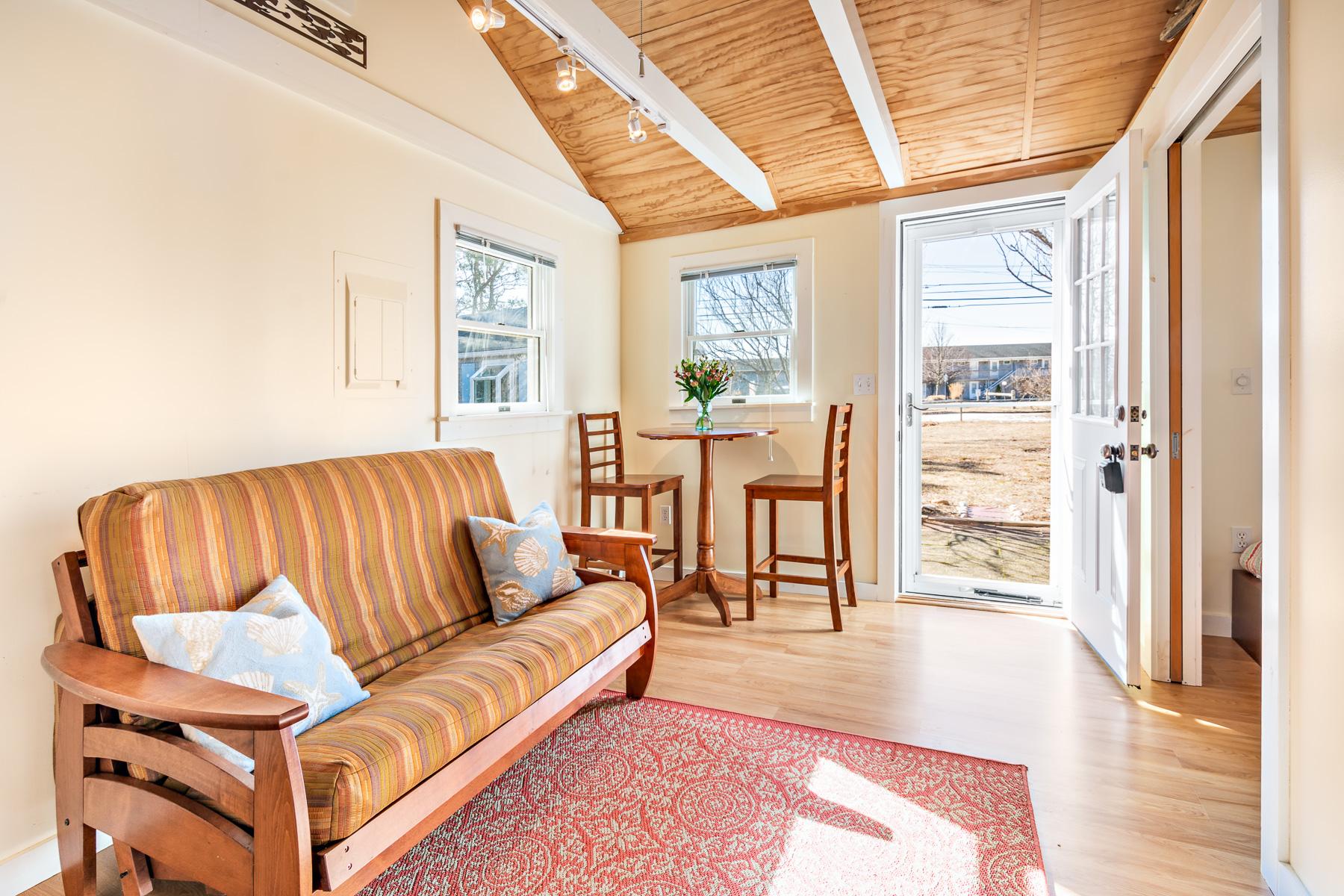 Condominiums por un Venta en Free standing cottage near beaches 125 Shore Road, Unit 6 North Truro, Massachusetts 02666 Estados Unidos
