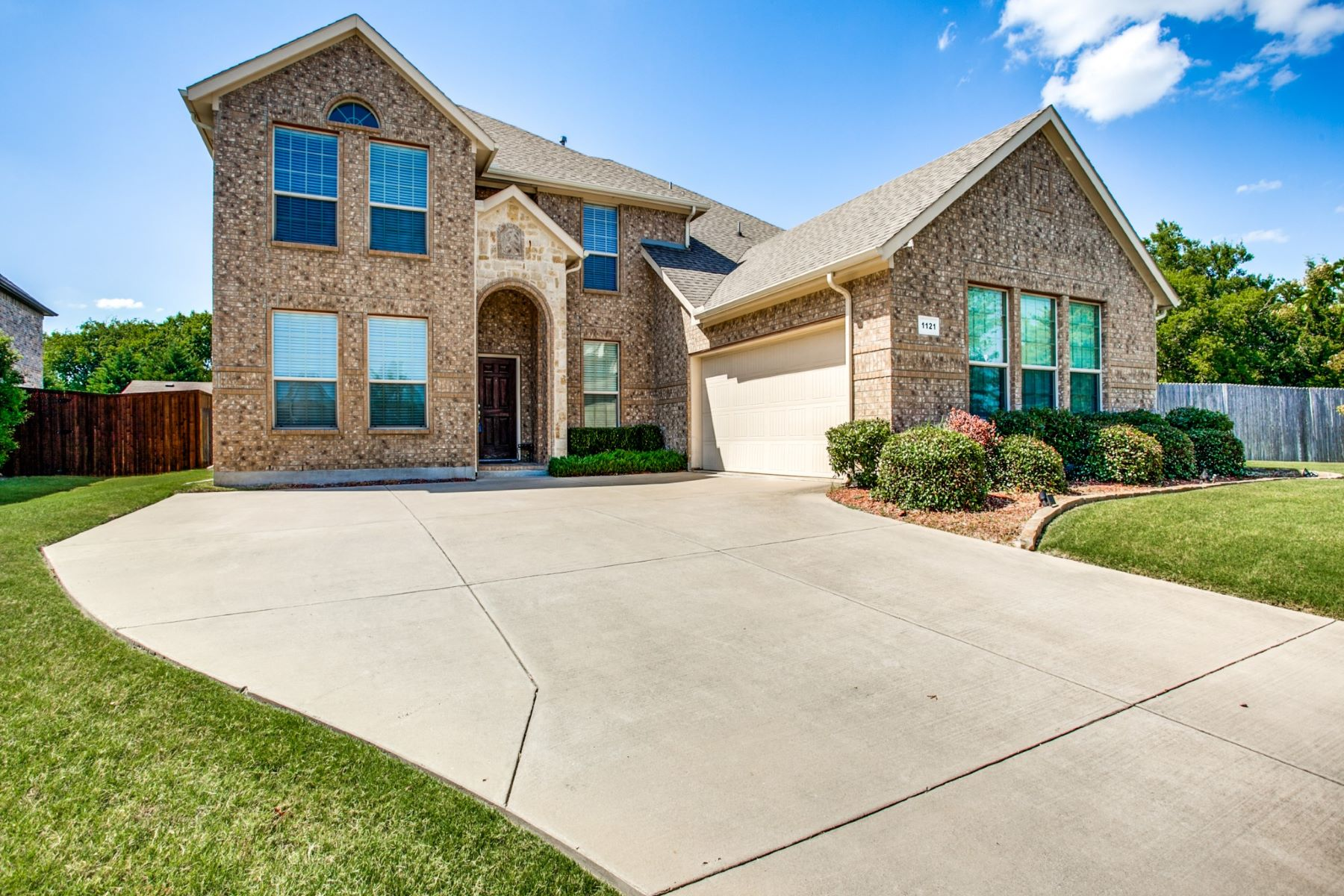 Single Family Homes for Active at 1121 Kentsdale Place Desoto, Texas 75115 United States