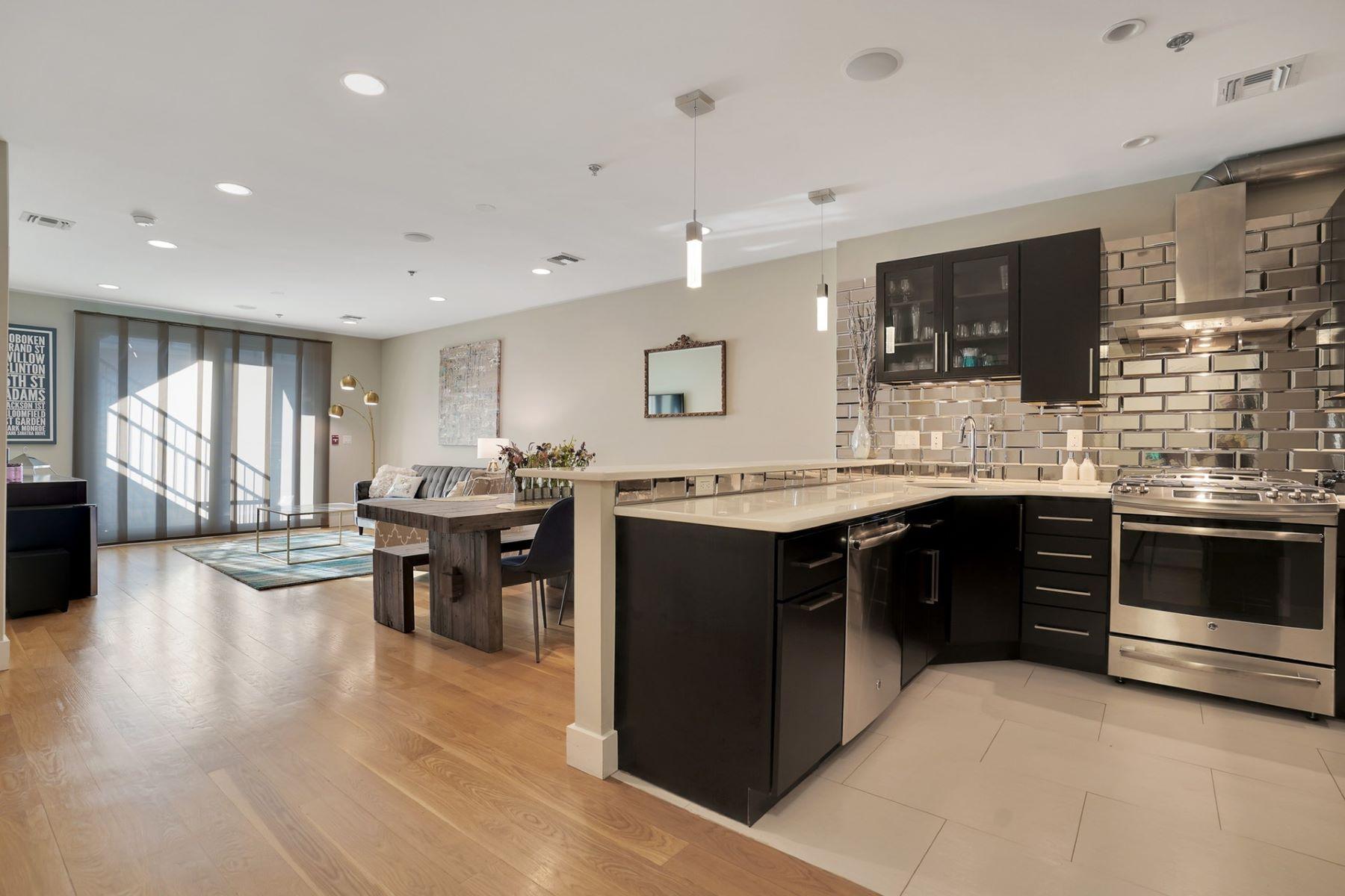 Condominiums för Försäljning vid Rarely available is this 3 bedroom 2 bath condo centrally located within Hoboken 626 Grand Street #3, Hoboken, New Jersey 07030 Förenta staterna