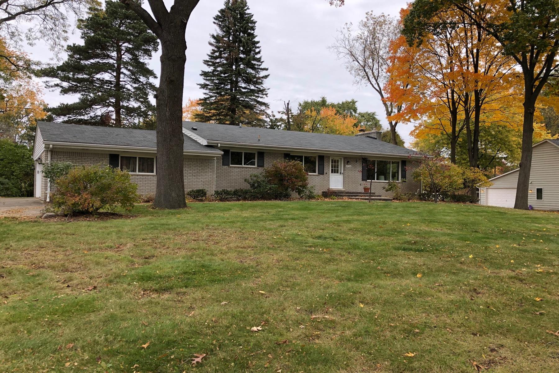 Single Family Homes 为 销售 在 Waterford 3730 Lakewood Drive 沃特福德, 密歇根州 48329 美国