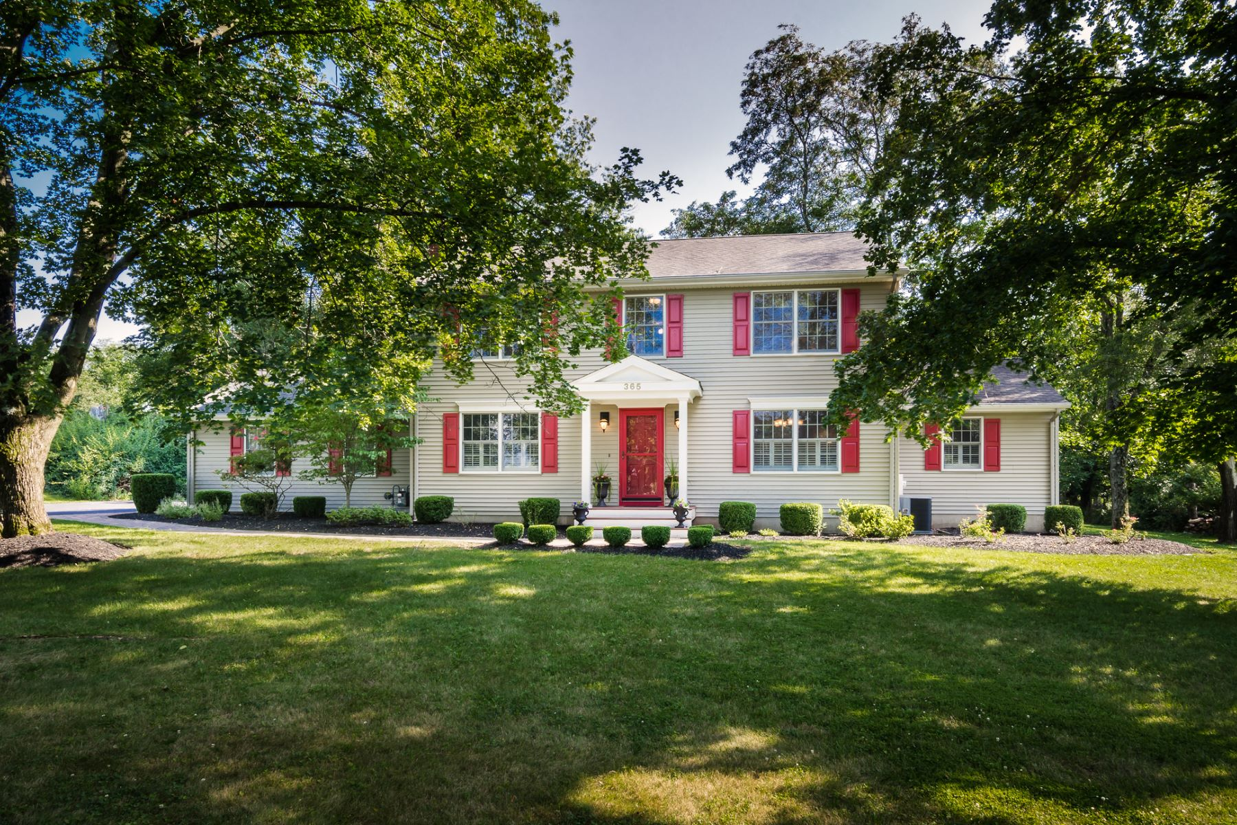 Maison unifamiliale pour l Vente à Move Right In And Feel At Home - Montgomery Township 365 Township Line Road Belle Mead, New Jersey 08502 États-Unis