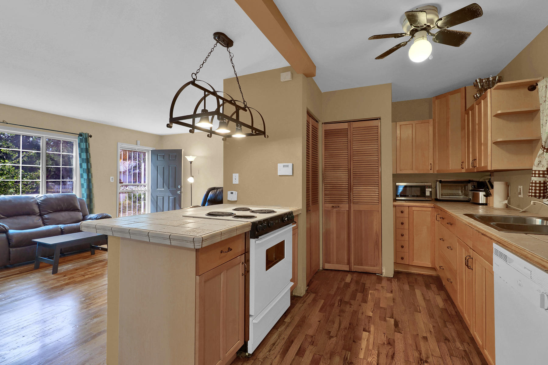 Additional photo for property listing at Clean And Bright Home Offers Three Bedrooms On One-Level Living 1220 Dayton Street Aurora, Colorado 80010 United States