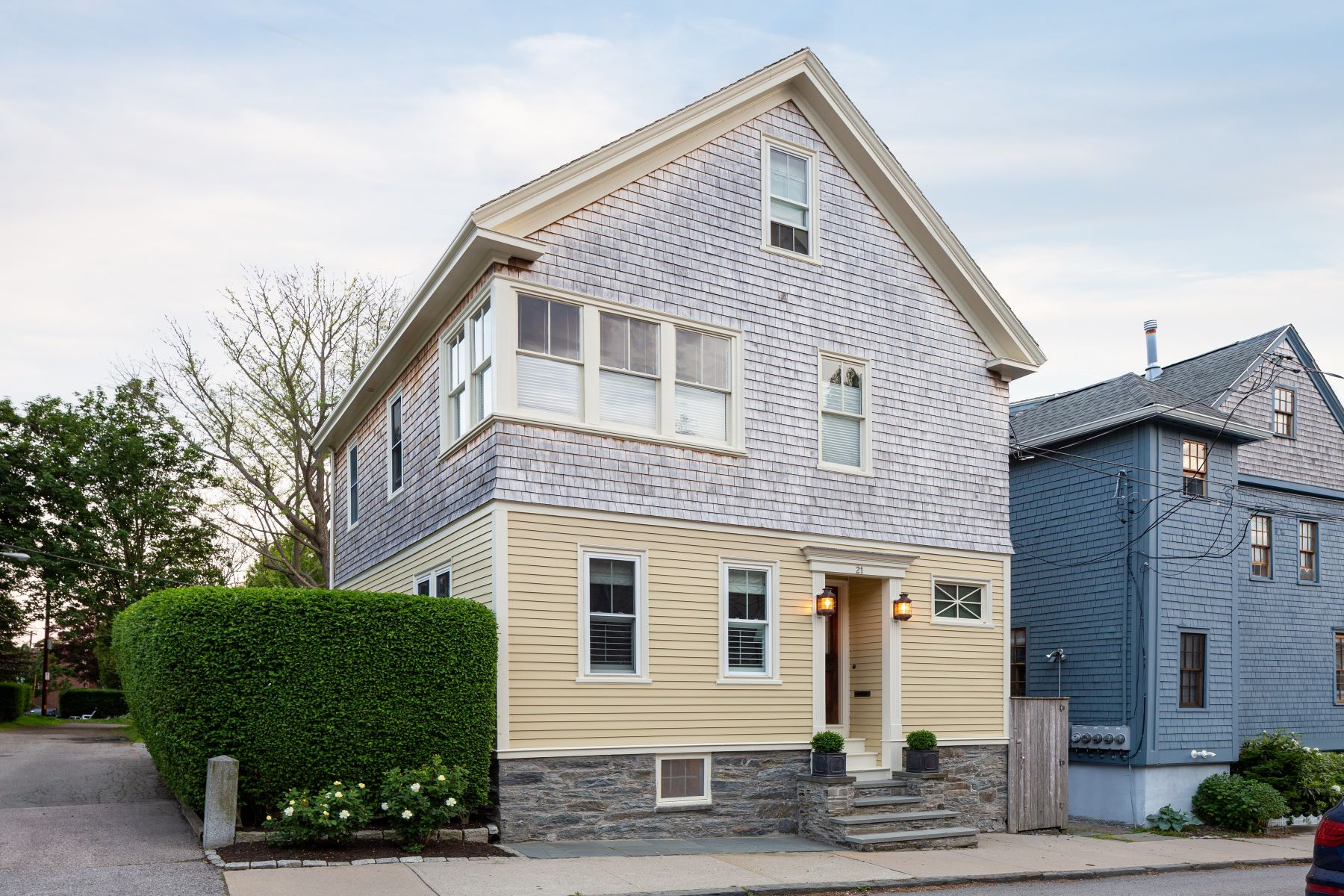 Single Family Homes por un Venta en Renovated Cottage with 3-Car Garage on Double Lot 21 Sherman Street Newport, Rhode Island 02840 Estados Unidos