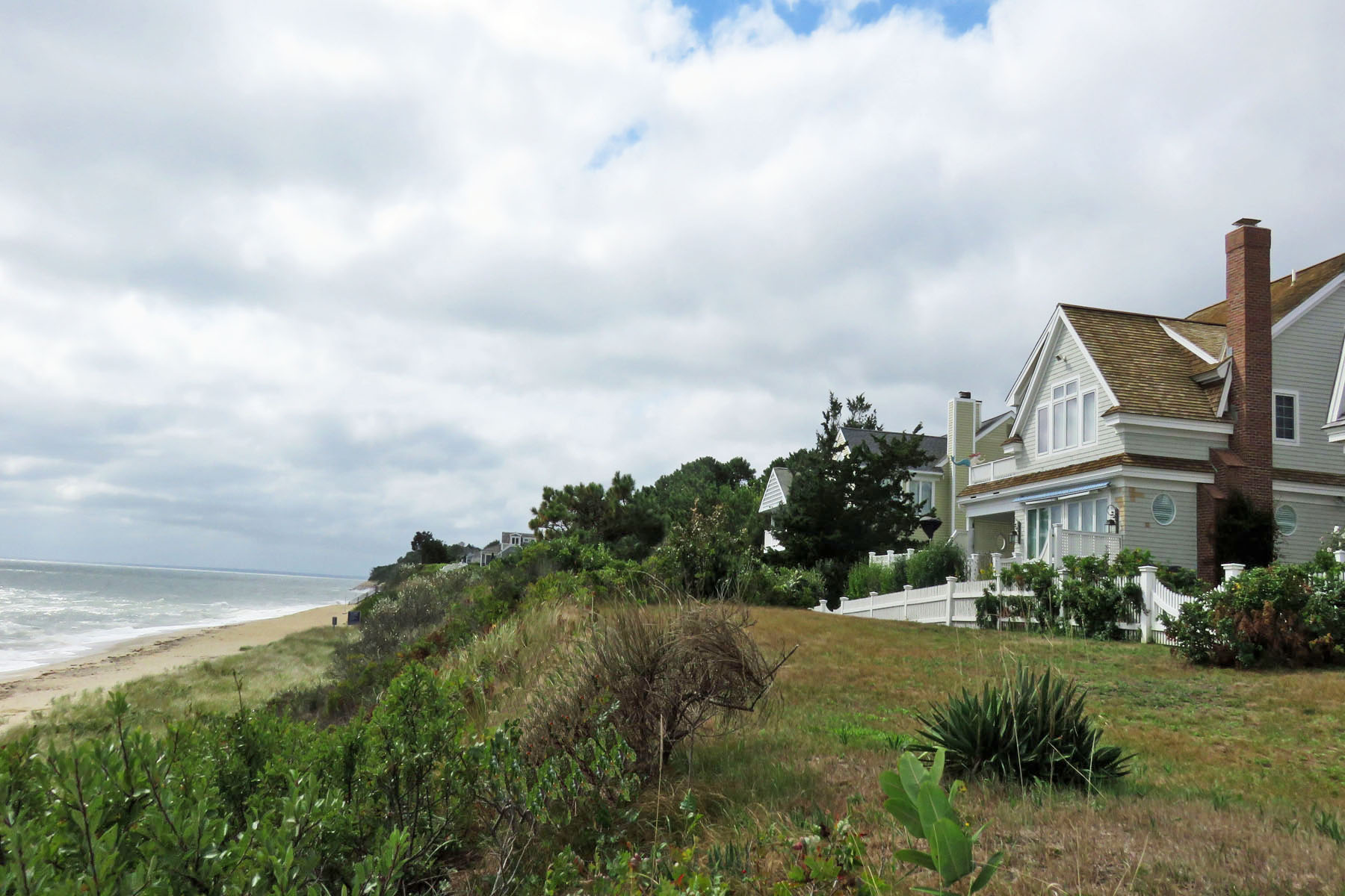 Maison unifamiliale pour l Vente à BEACH FRONT LIVING - JUST IN TIME FOR SUMMER 14 Cross Street Mashpee, Massachusetts 02649 États-Unis