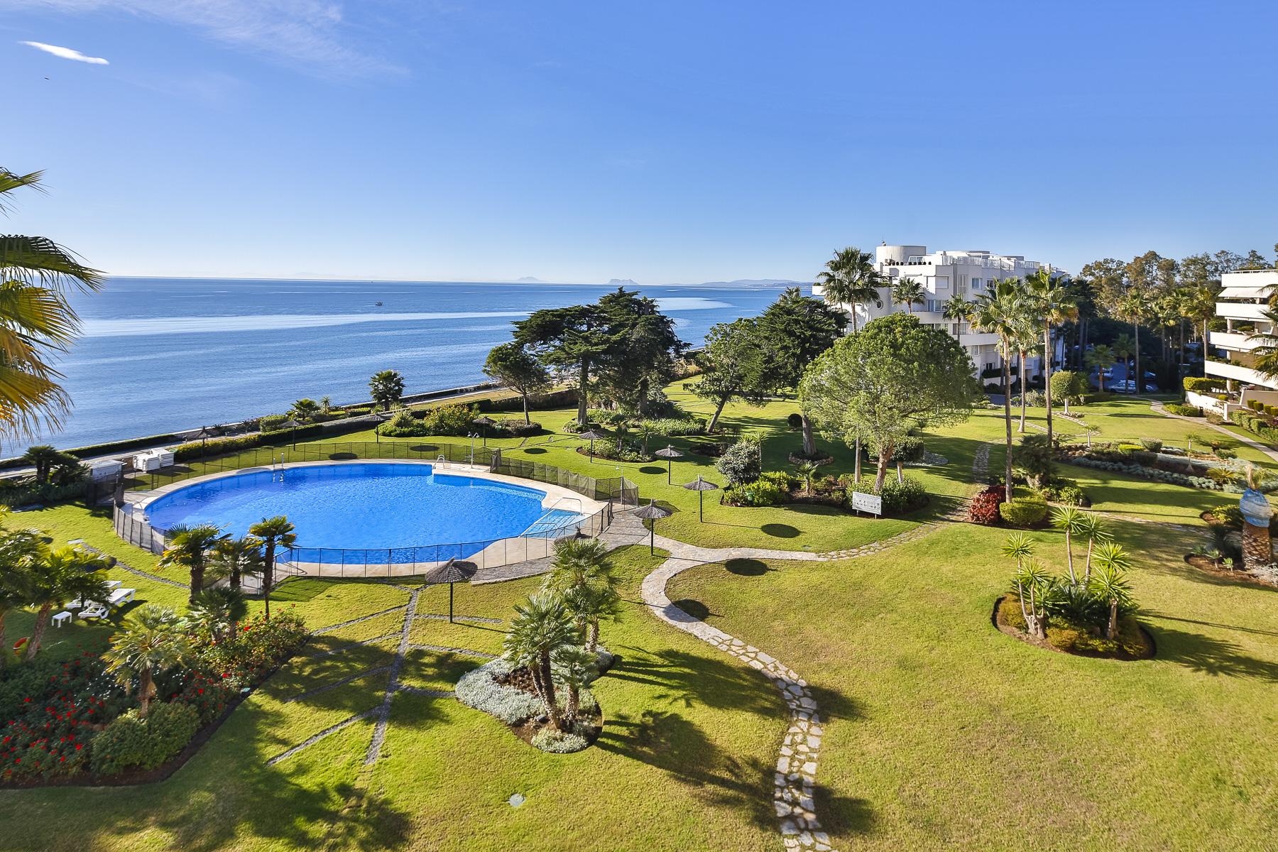 شقة للـ Sale في Large and bright four bedroom apartment enjoying amazing sea views Estepona, Andalucia, Spain
