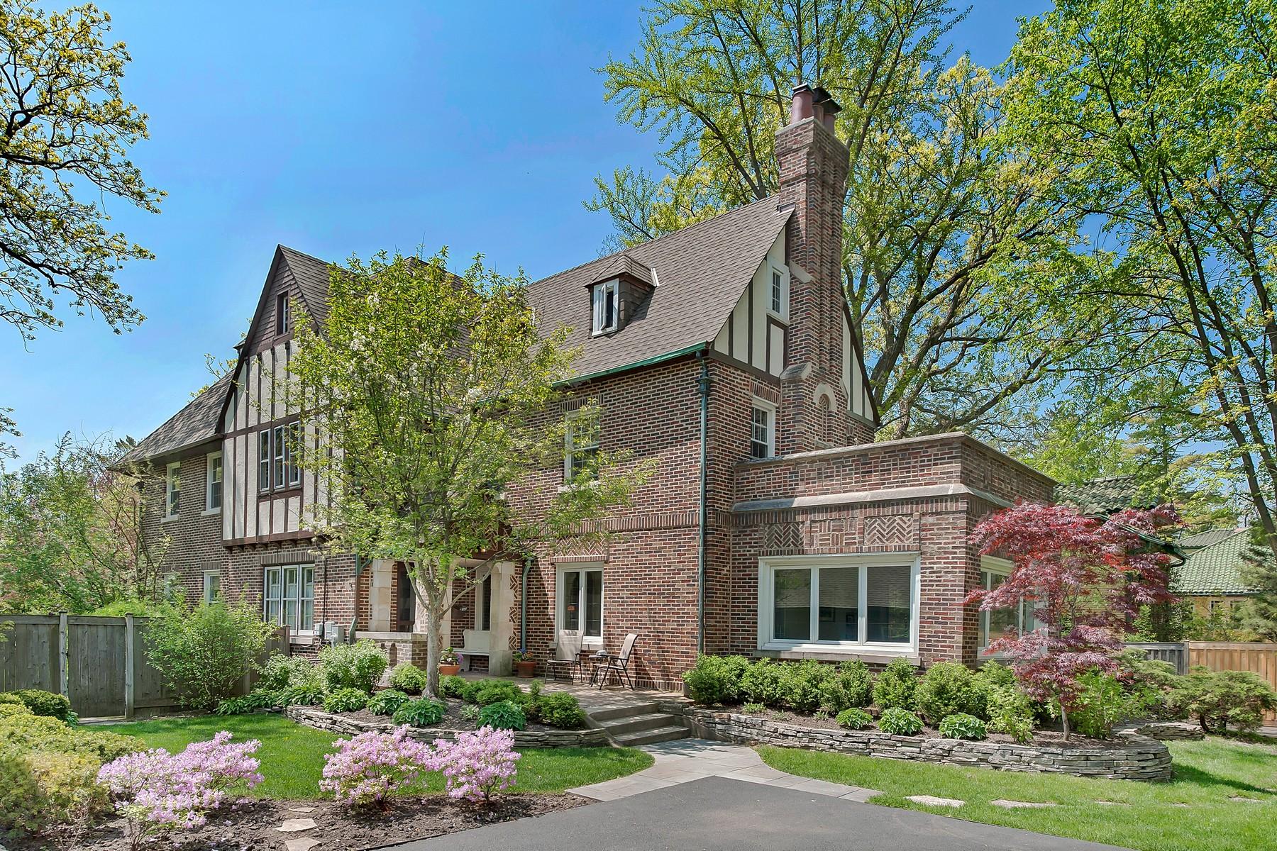 Maison unifamiliale pour l Vente à Gracious Brick Retreat 1206 Tower Road Winnetka, Illinois, 60093 États-Unis