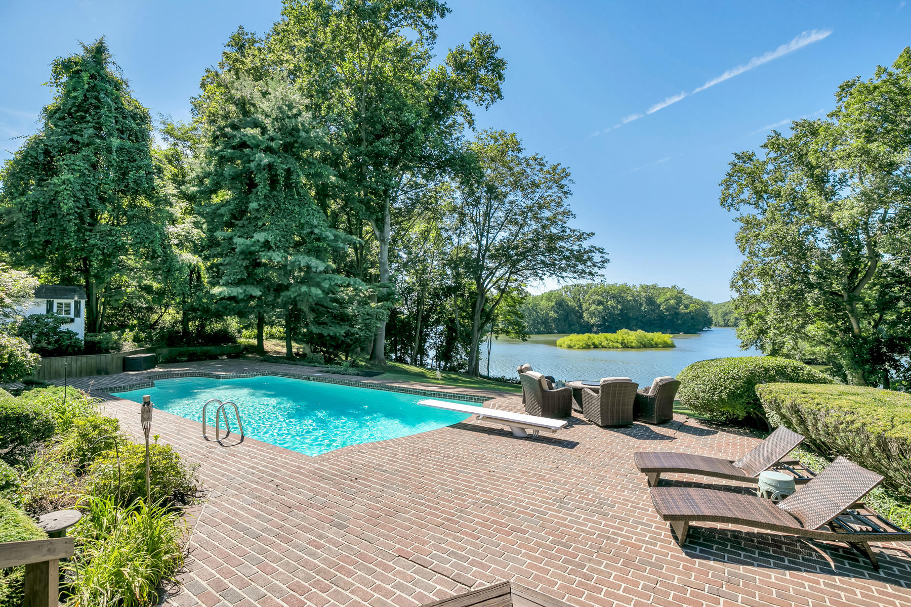 Maison unifamiliale pour l Vente à Waterside Treasure 40 Horse Shoe Court, Colts Neck, New Jersey 07722 États-Unis
