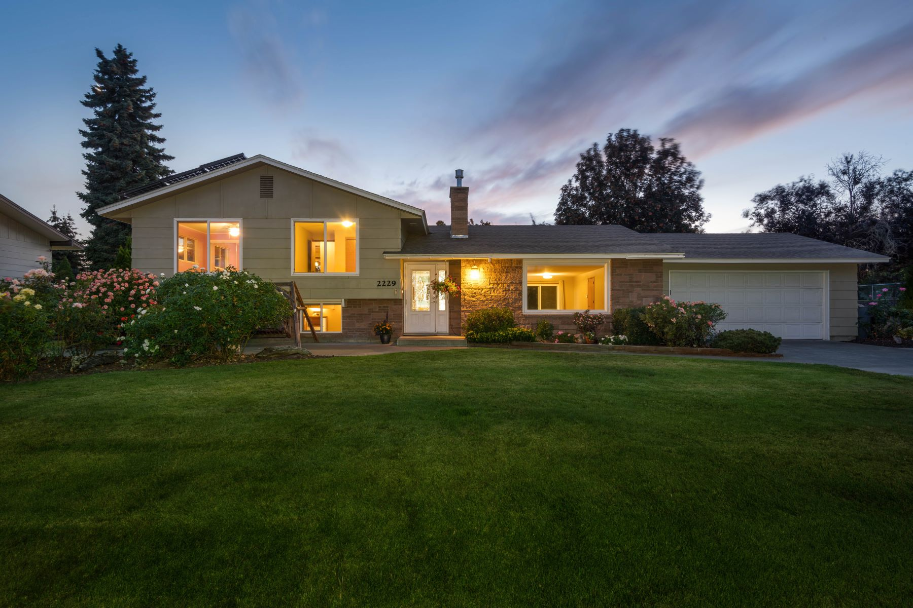 Single Family Homes for Sale at Private Backyard Retreat 2229 Harris Avenue Richland, Washington 99352 United States