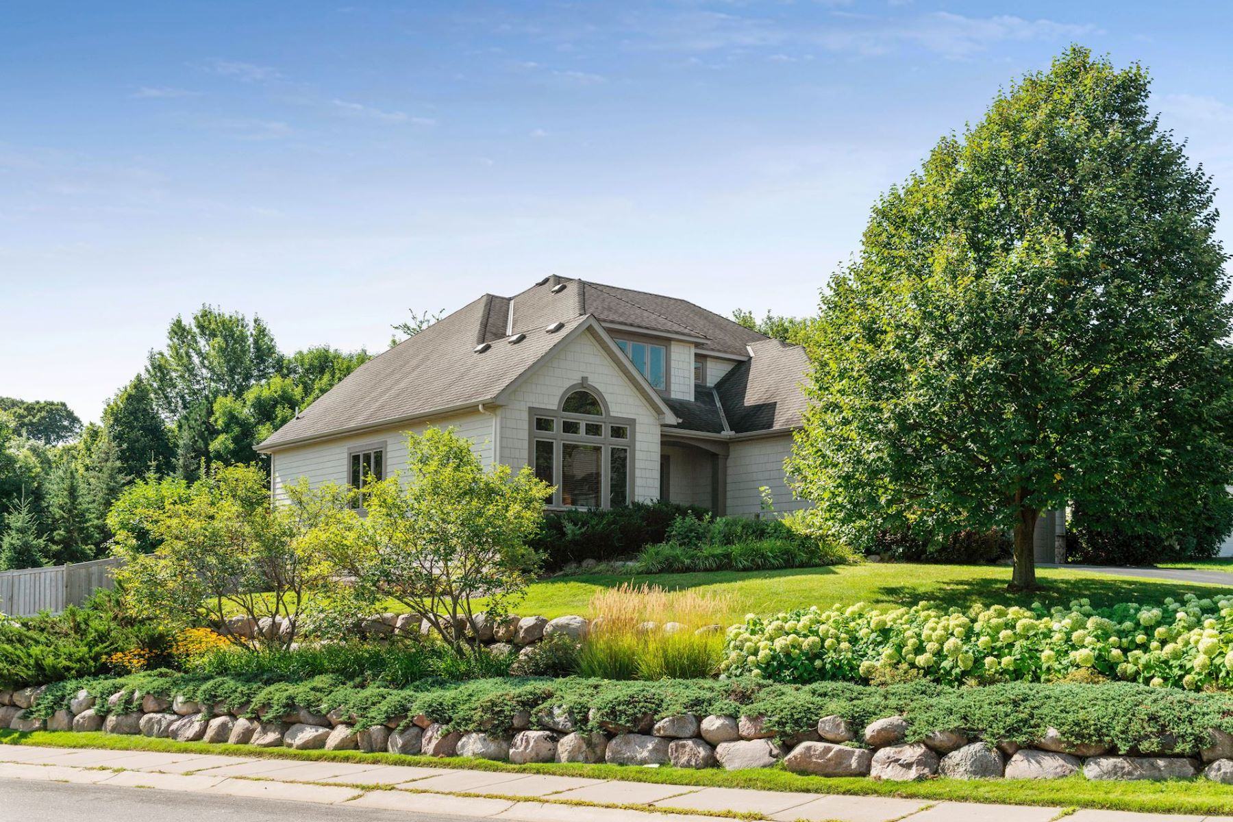 Single Family Homes voor Verkoop op 2 Story Home in Desired Painters Creek Preserve 1050 Maria Court, Minnetrista, Minnesota 55364 Verenigde Staten